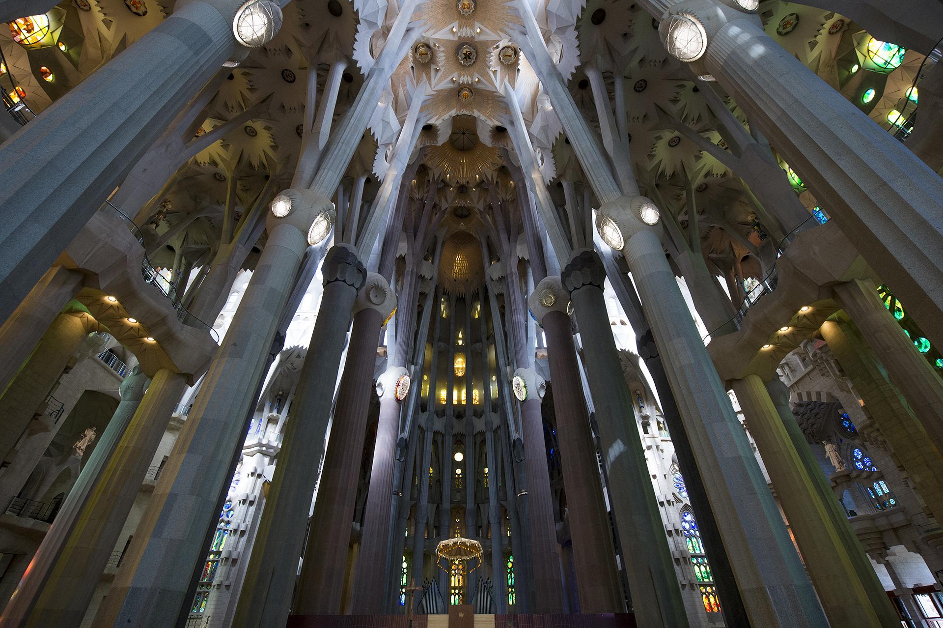 Gaudí trabajó en la basílica más de 40 años y, tras su muerte, en 1926, el proyecto siguió adelante según los planos y dibujos originales