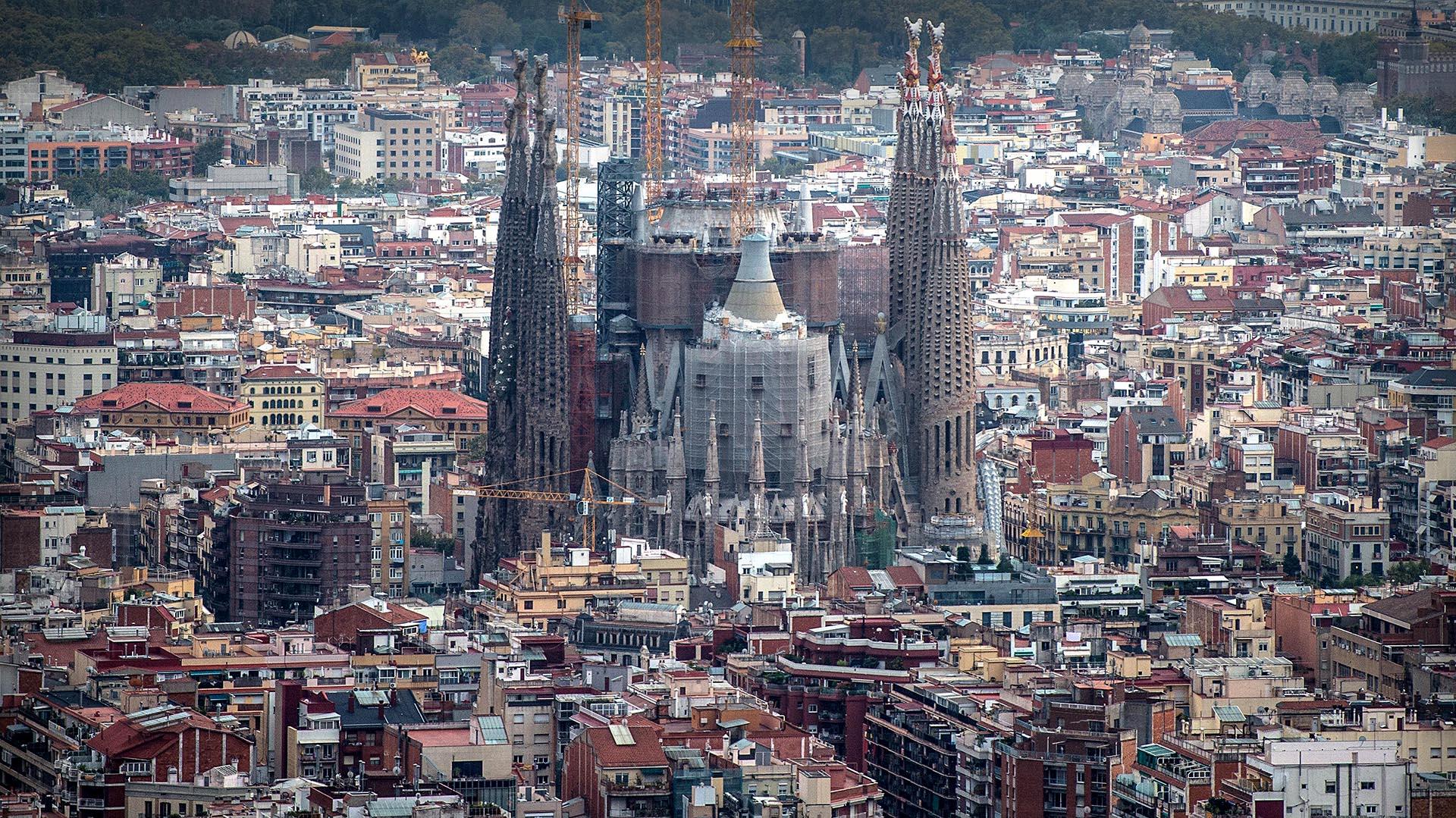 Gaudí sólo tuvo tiempo de crear una de las 18 torres que pretendía. Sin embargo, antes de morir en 1926, dejó los planos y diseños de la monumental obra, lo que permitió avanzar en las tareas de construcción gracias al trabajo de otros artistas y al dinero obtenido por donaciones // Fotos: Getty / AFP
