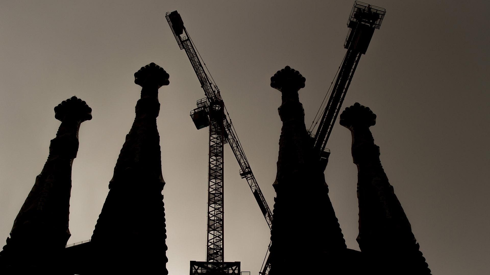 Las torres o campanarios tienen una atura de 112 metros las dos centrales y de 107 metros las exteriores. Absolutamente accesibles por medio de escaleras, son los elementos principales y más característicos de la fachada