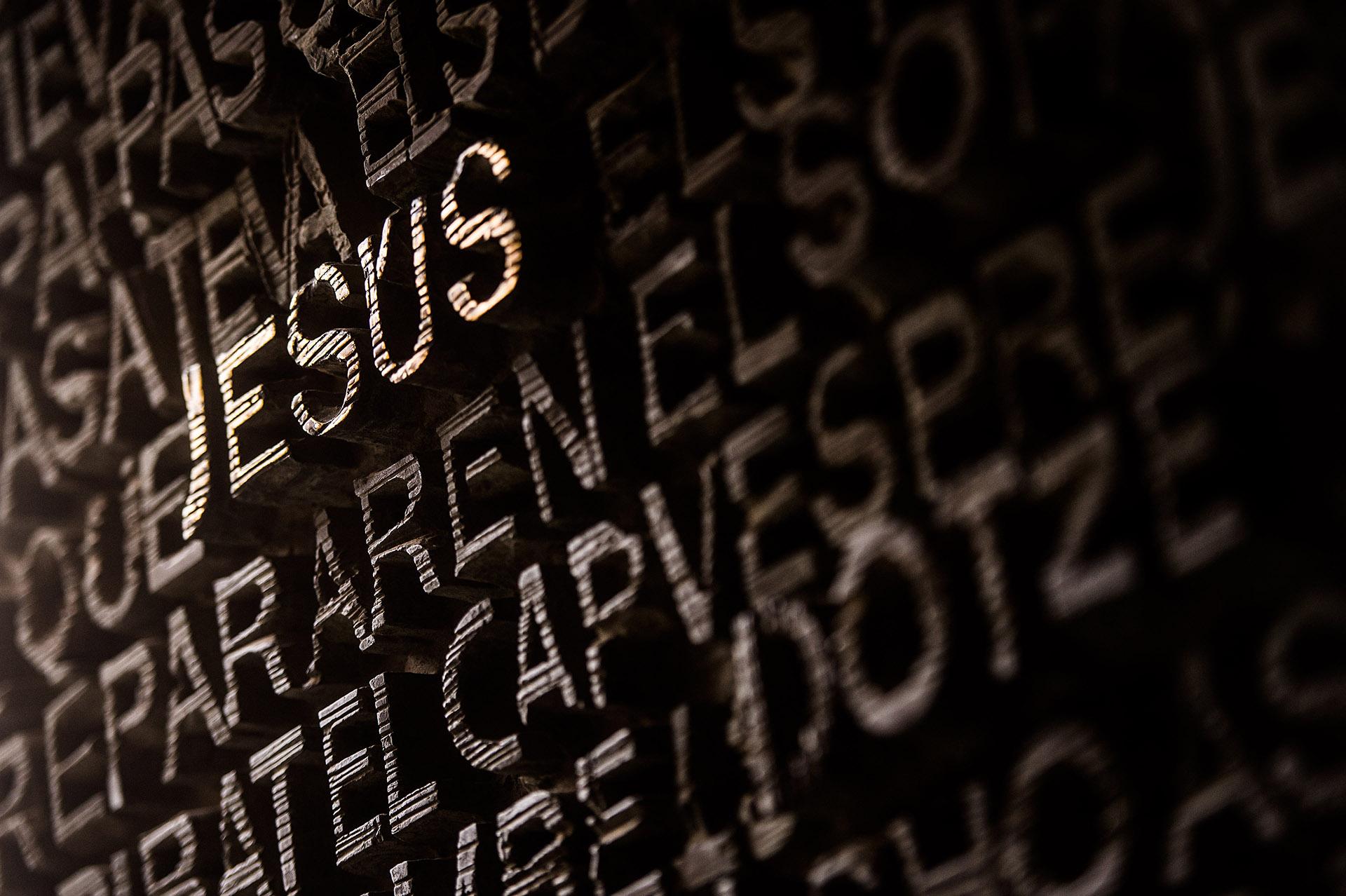 El nombre de Jesús se lee en la entrada de la fachada de las Pasiones