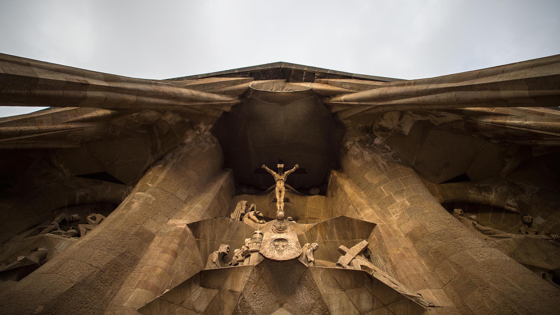 Imponente: la fachada Pasión se erige sobre los visitantes de la Sagrada Familia (Getty)