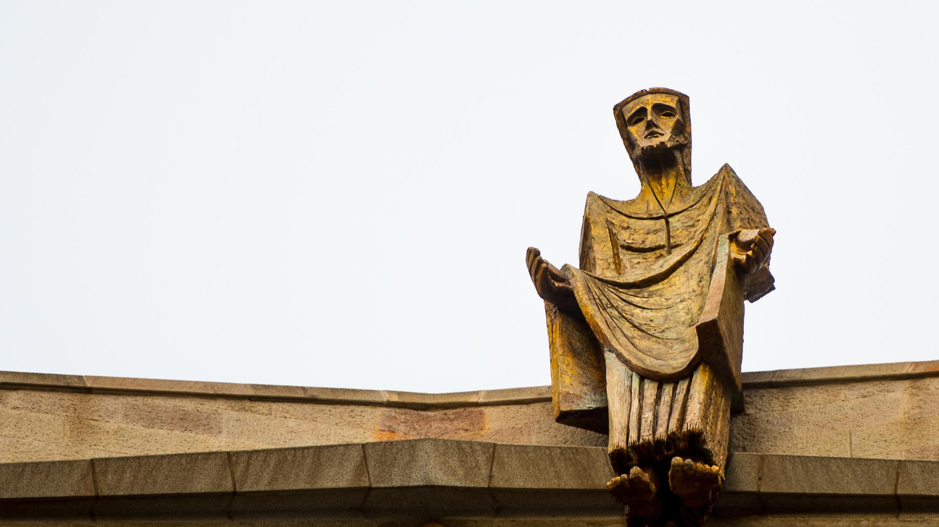 Entre las dos torres centrales y a una altura de 60 metros, hay un puente que las une. Gaudí tuvo la idea de situar una imagen de Jesús ascendiendo al cielo triunfante en contraste con el dramatismo del conjunto de las torres