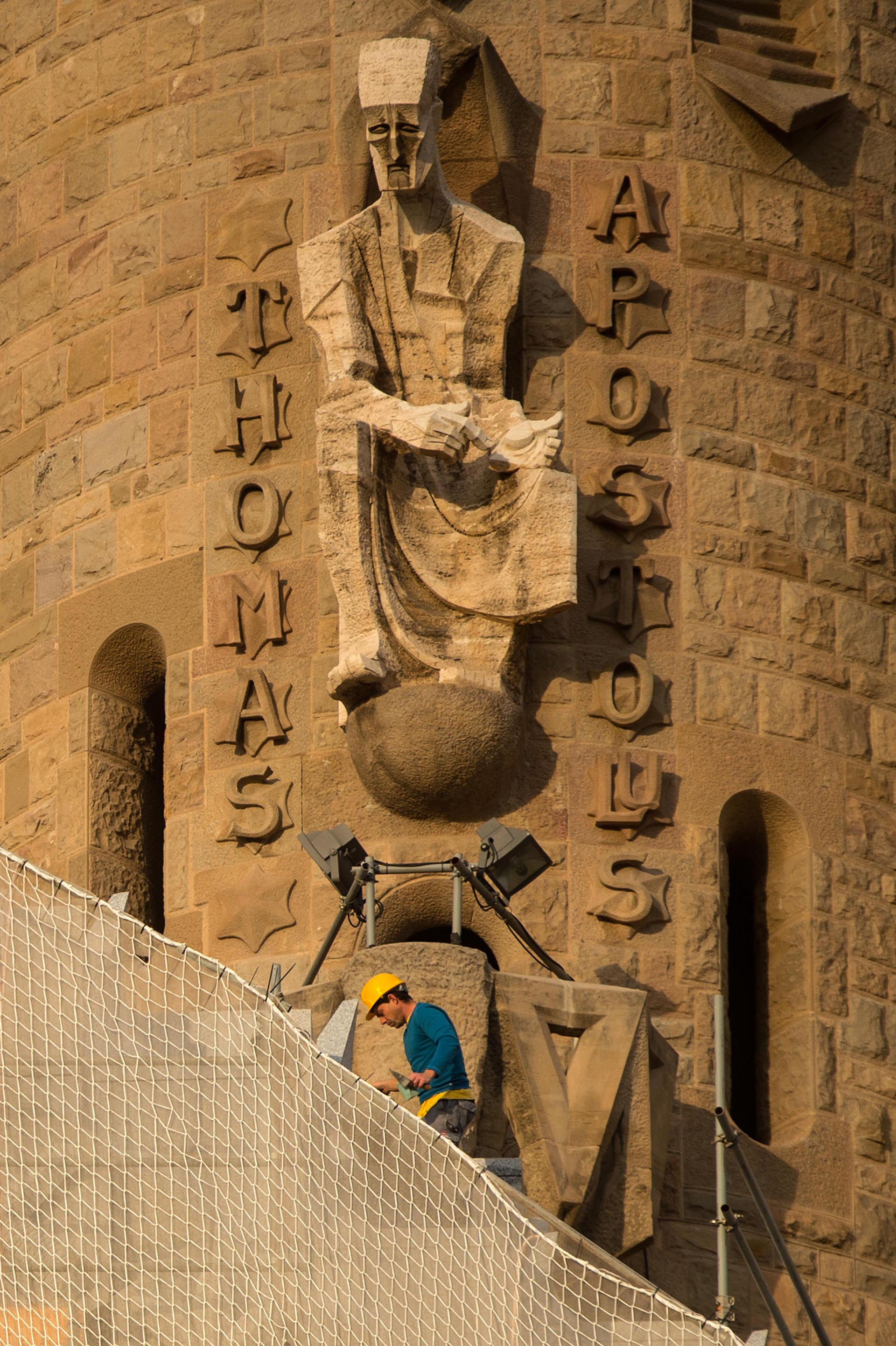 Detalle de la fachada de las Pasiones, de apariencia desnuda y austera, con formas geométricas en arista