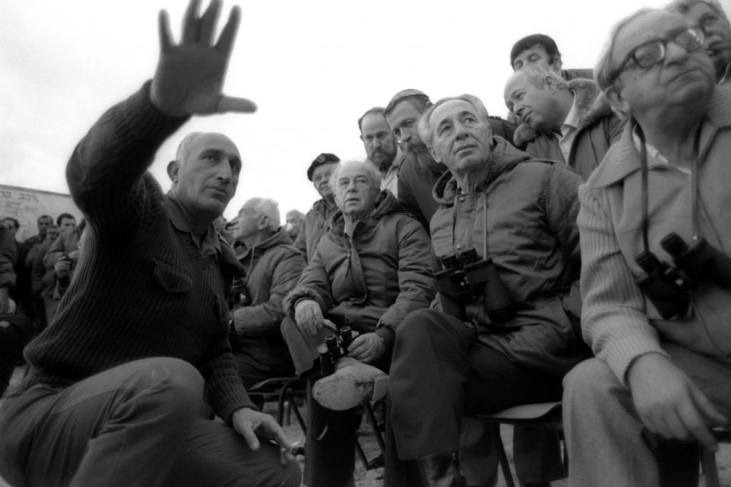 El vice presidenteYitzhak Navon, el Primer Ministro Shimon Peres, el Ministro de Defensa Yitzhak Rabin escuchan al jede de gabinete del EjercitoMoshe Levy en 1985