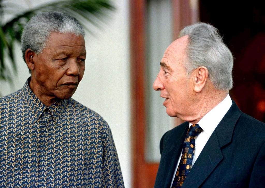 El presidente sudafricano Nelson Mandela y Shimon Peres en un encuentro en Cape Town, el 20 octubre de 1996