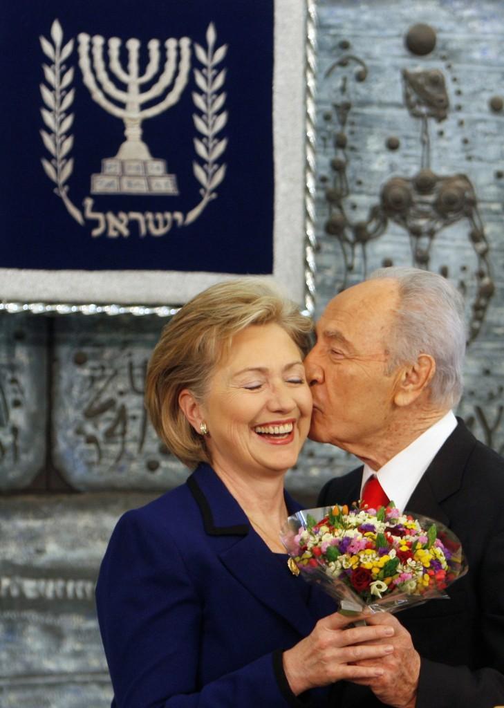 Shimon Peres con el entonces Secretario de Estado, Hillary Clinton, en un encuentro en Jerusalèn en 2009