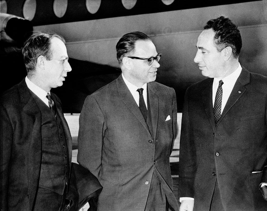 Peres (derecha), entonces vice ministro de defensa, junto con Col Hiram (centro) y E Euron, de la embajada israelí, en Londres en 1964