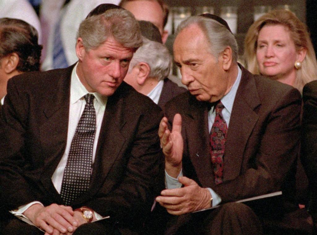El presidente de EEUU Bill Clinton escucha el entonces Ministro de Exteriores israelí en un acto de la comunidad judía en Nueva York, en 1995
