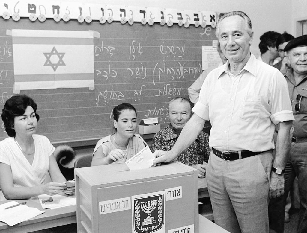 El entonces líder del Partido Laborista israelí, Shimon Peres, votando las elecciones generales de 1981