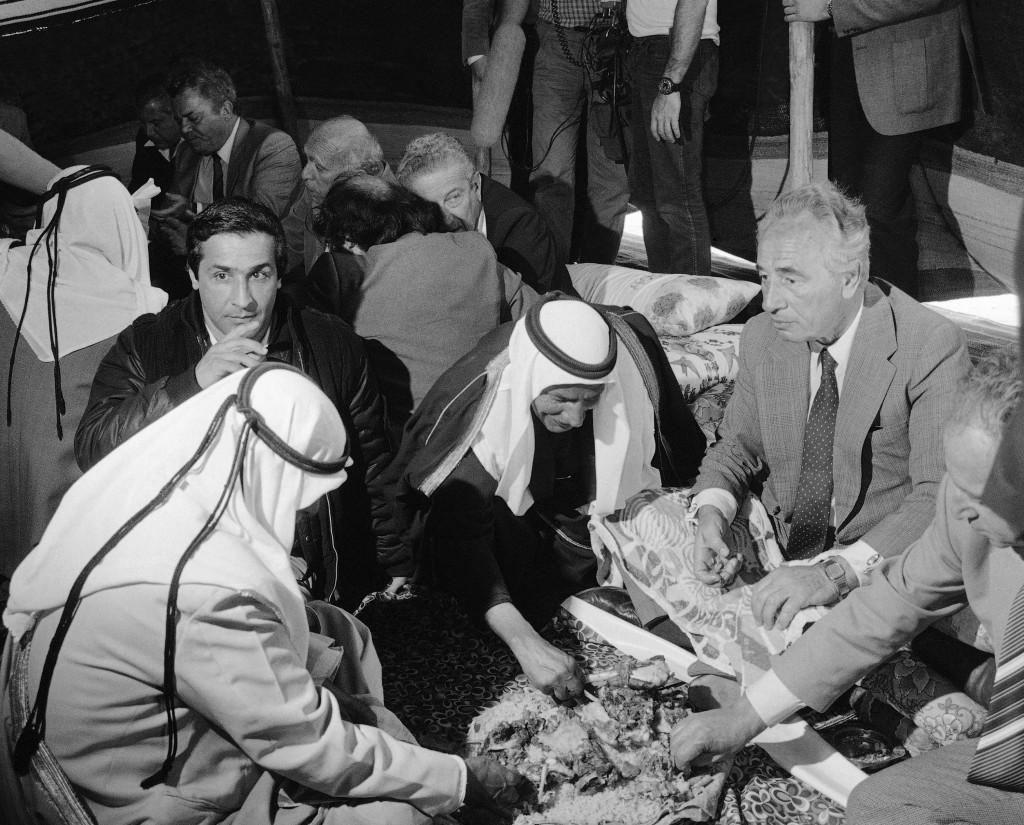 El Primer Ministro Shimon Peres, come con las manos al estilo de los beduinos durante una fiesta del Sheik Ali Abu Rubeia, en K'Seifa, desierto de Negev, en 1985