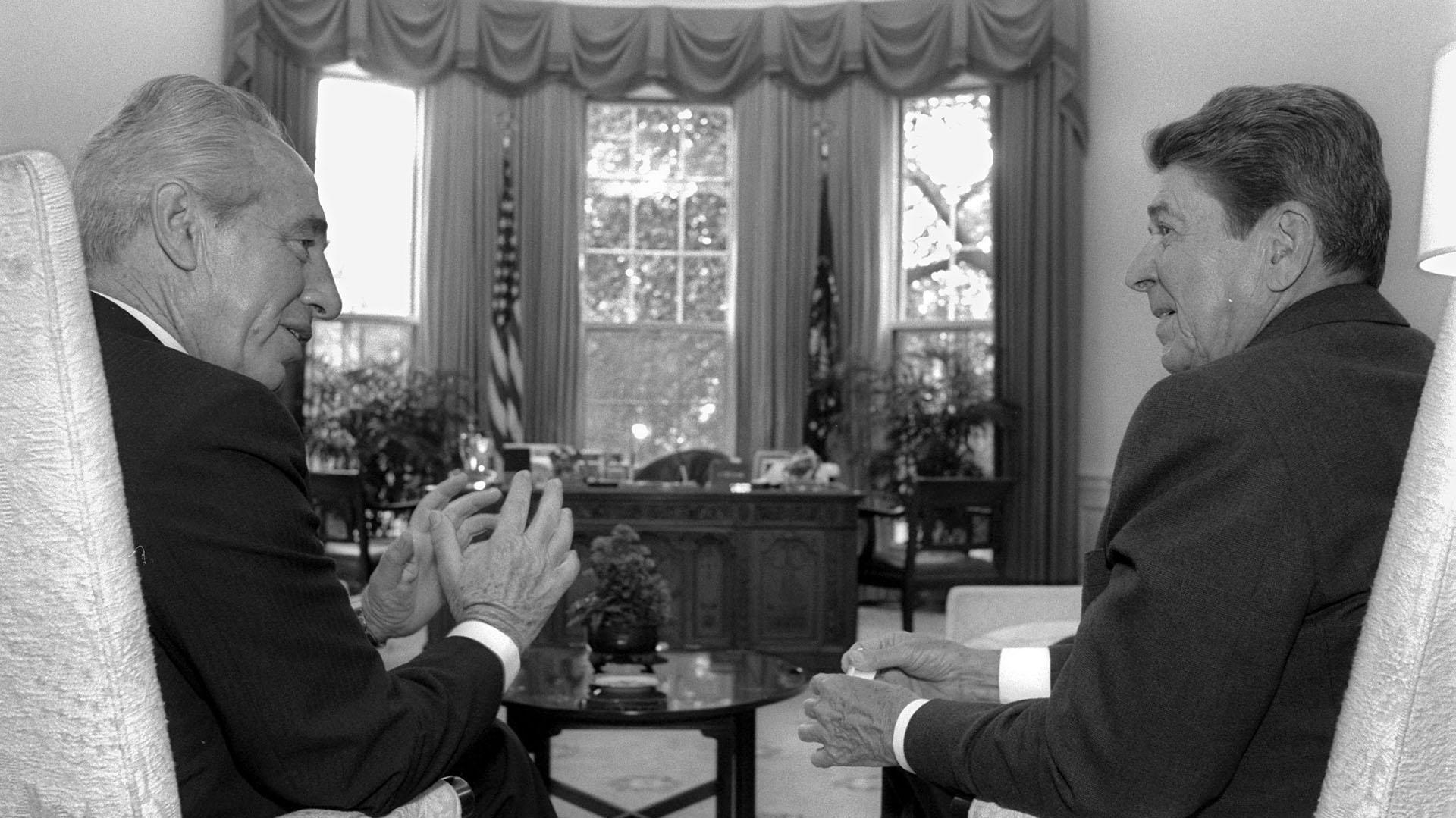 Shimon Peres, entonces Primer Ministro, junto al presidente Ronald Reagan, 15 de septiembre de 1986