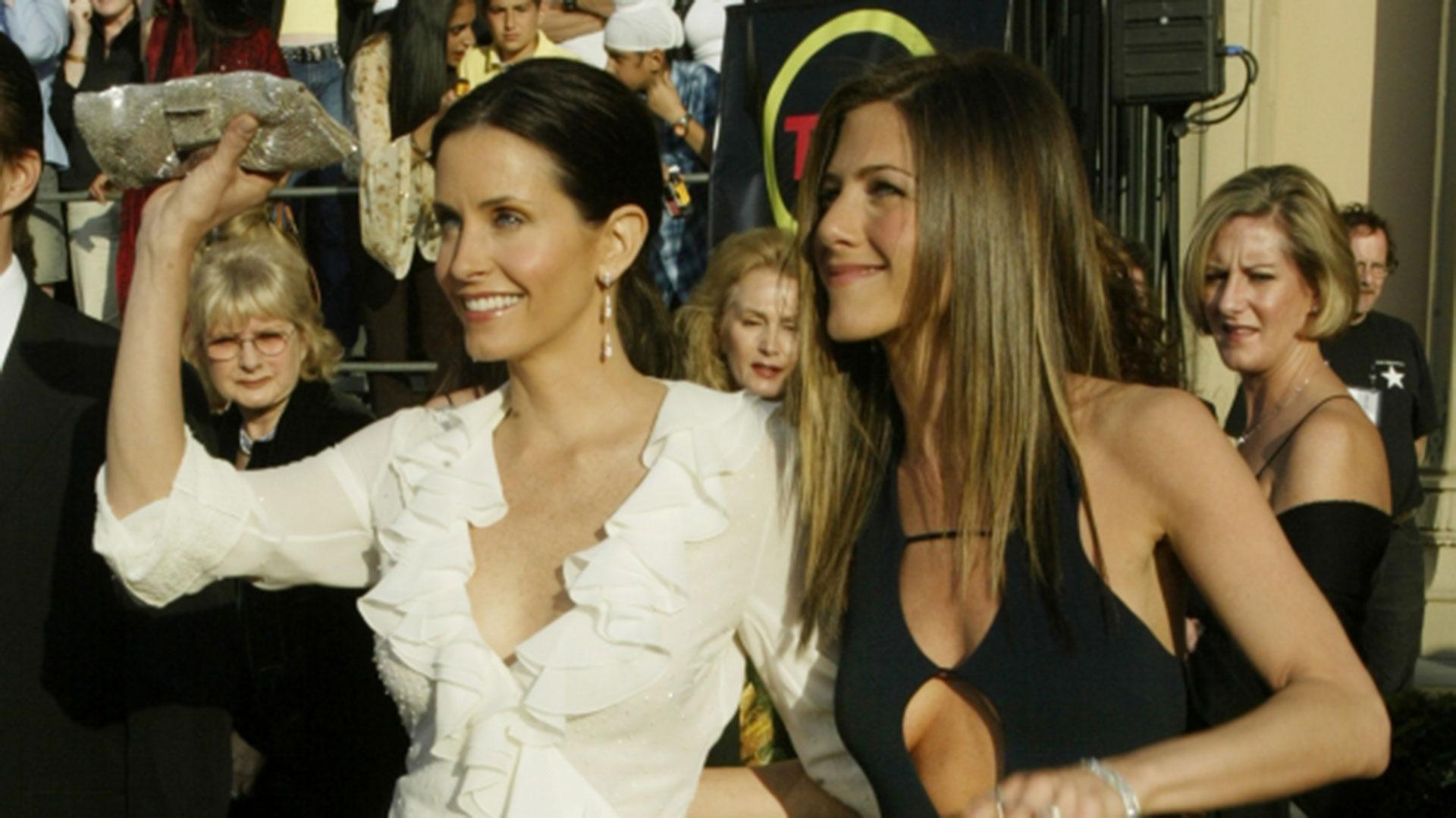 """La actriz junto a una de sus compañeras de """"Friends"""" (Reuters)"""
