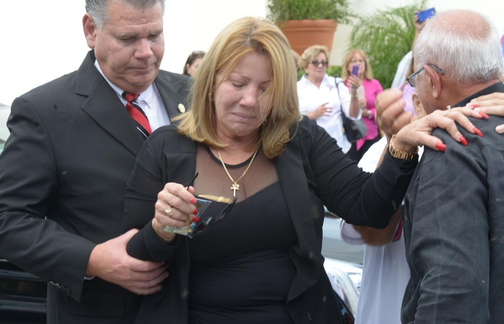 Maritza Gómez Fernández, madre del fallecido jugador cubano de béisbol José Fernández, llora a su salida de la Ermita de la Caridad del Cobre(EFE)