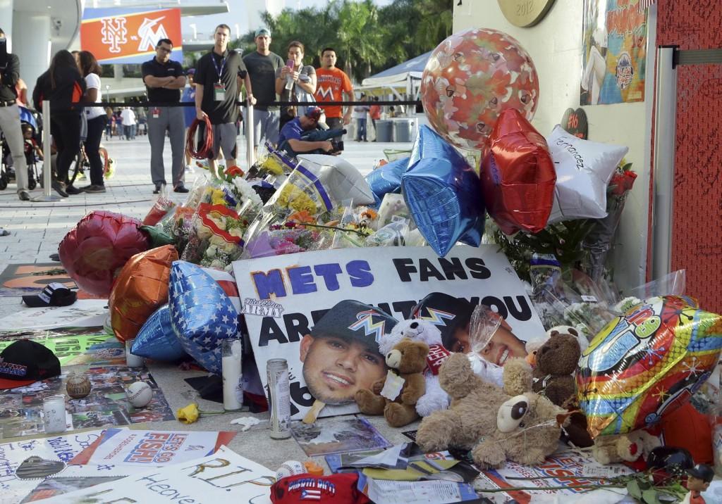 Objetos depositados en un memorial improvisado para José Fernández(AP)