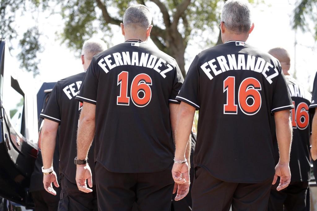 Los cargadores del féretro vestidos con el número 16 de Fernández(AP)