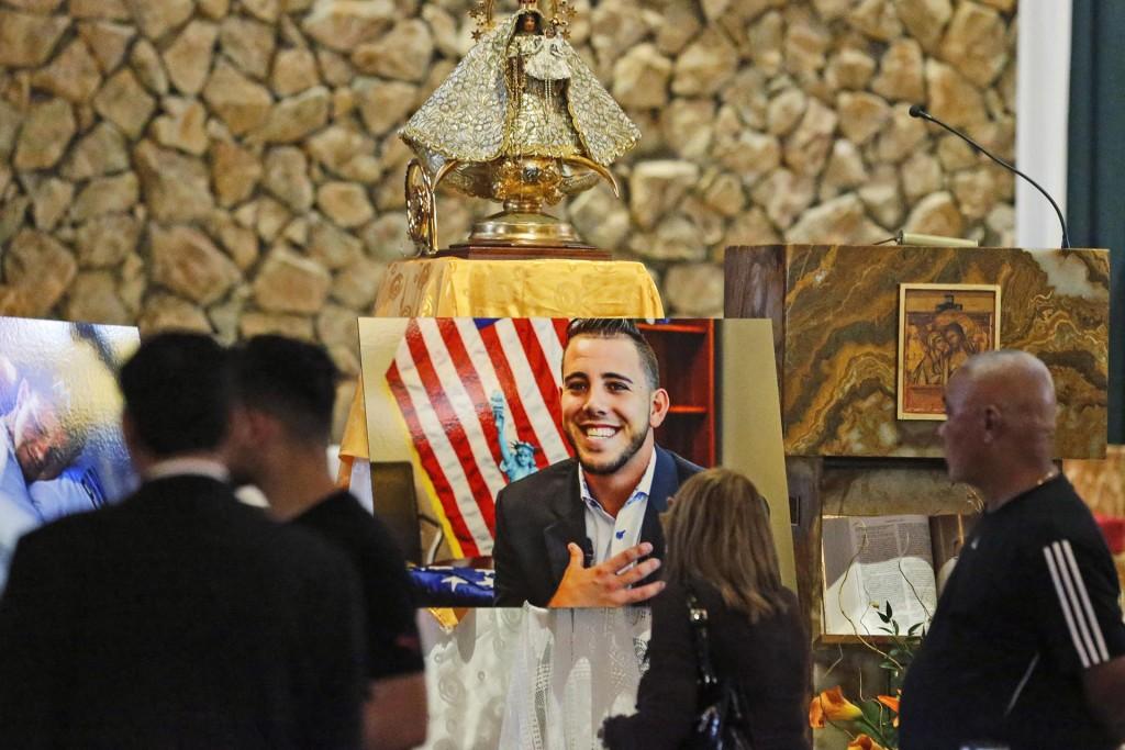 La imagen de José Fernández debajo de la virgen María en la iglesia de San Brendan(AP)
