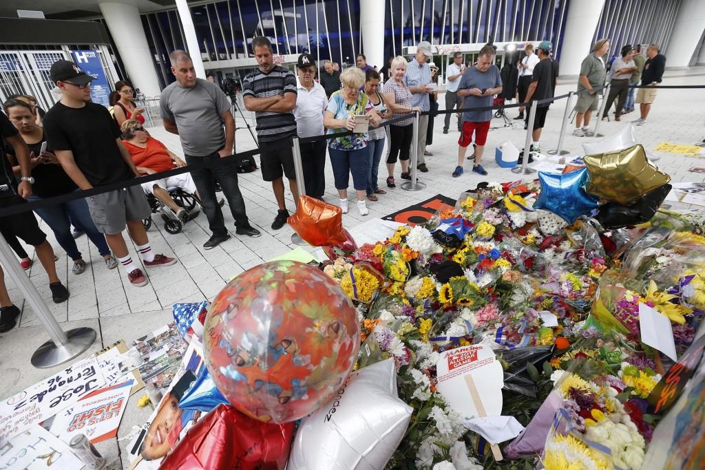 Los fanáticos se juntan alrededor de un espacio dedicado a la memoria del pitcher de los Miami Marlins José Fernández (AP)