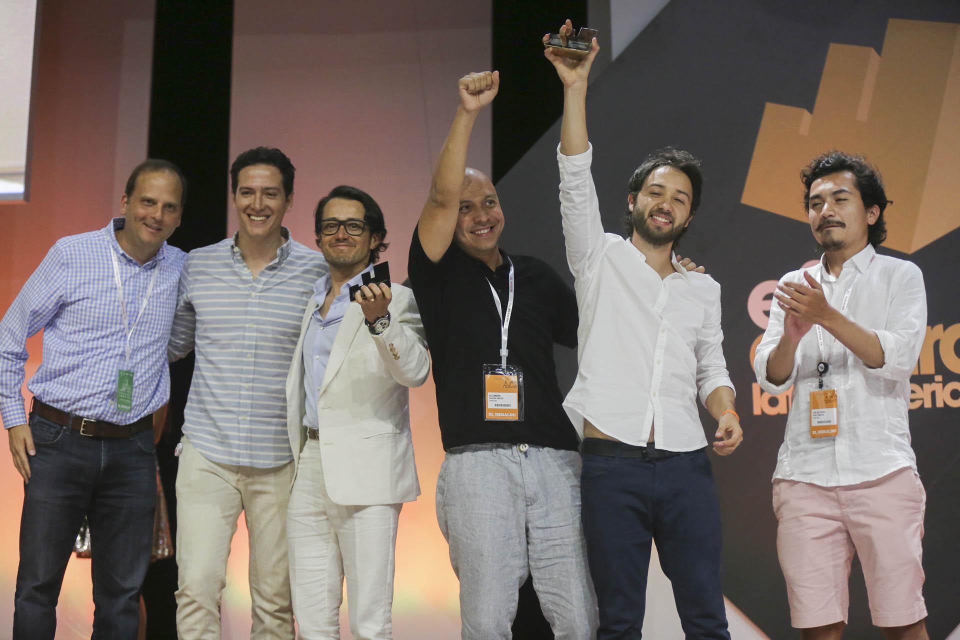 Los ganadores del Effie de Oro en la Categoría Gobierno: Colombia Respira Paz, de Sancho BBDO/OMD para Organización de las Naciones Unidas, entregado por Ricardo Arias Nath, VP de Mercadeo y CMO para Pepsico Latam