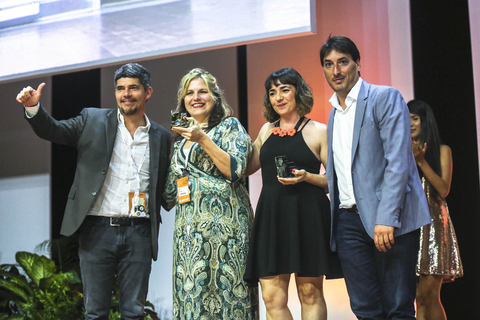 El equipo de Grey Argentina por su campaña Dish Therapy para P&G. Junto al equipo creativo de la agencia el GerenteComercial de Infobae, Gonzalo Antelo