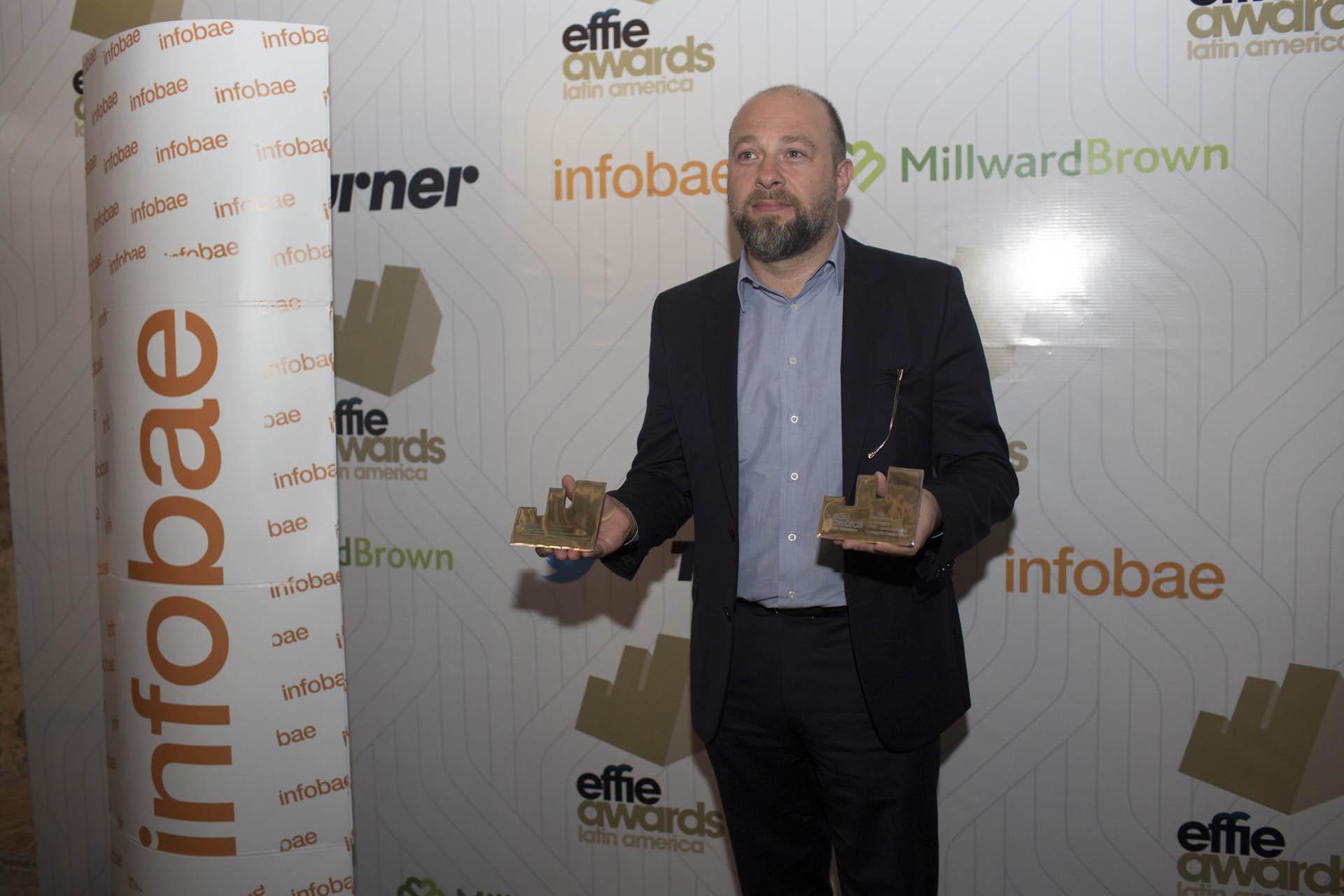 """Elvio Tieppo muestra sus dos premios de plata en """"Servicios"""" y """"Nuevos productos"""", de DPZ&T para Arcos Dourados, Brasil"""