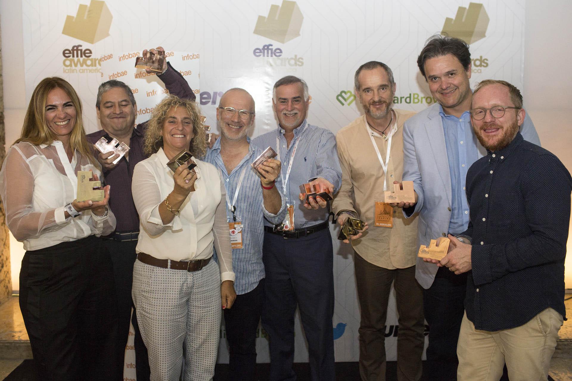 Tamara Ingram, Ceo Global, y Luis Pedro Toledo, VP Regional Planning, junto al equipo de J. Walter Thompson LatinAmerica después de recibir 3 oros y 4 bronces y 18 campañas finalistas.