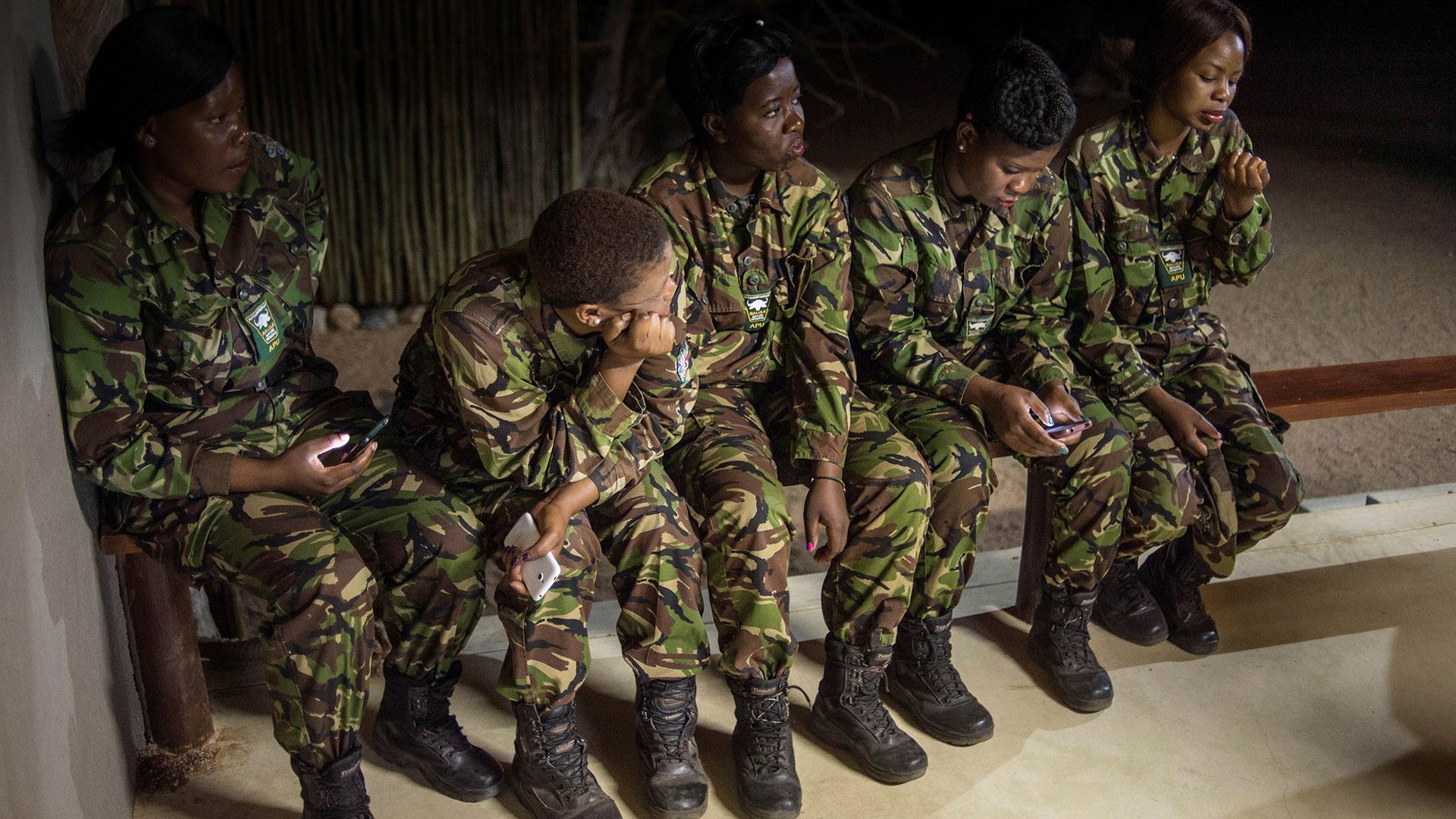 Las mujerestoman turnos de hasta 21 días corridos de patrulla (AFP)