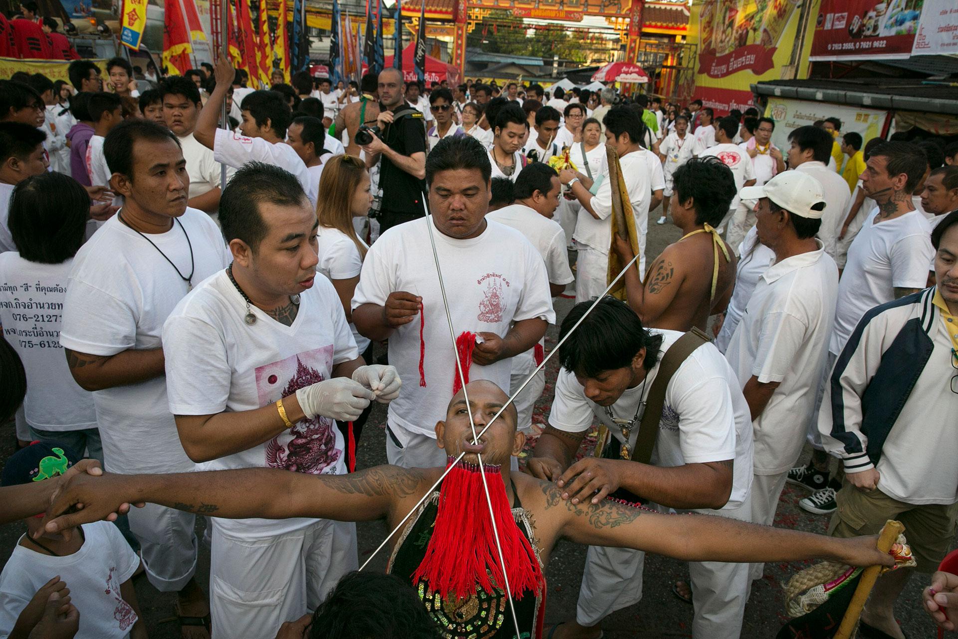 Los devotos creen que los dioses los invaden durante los rituales (Getty)
