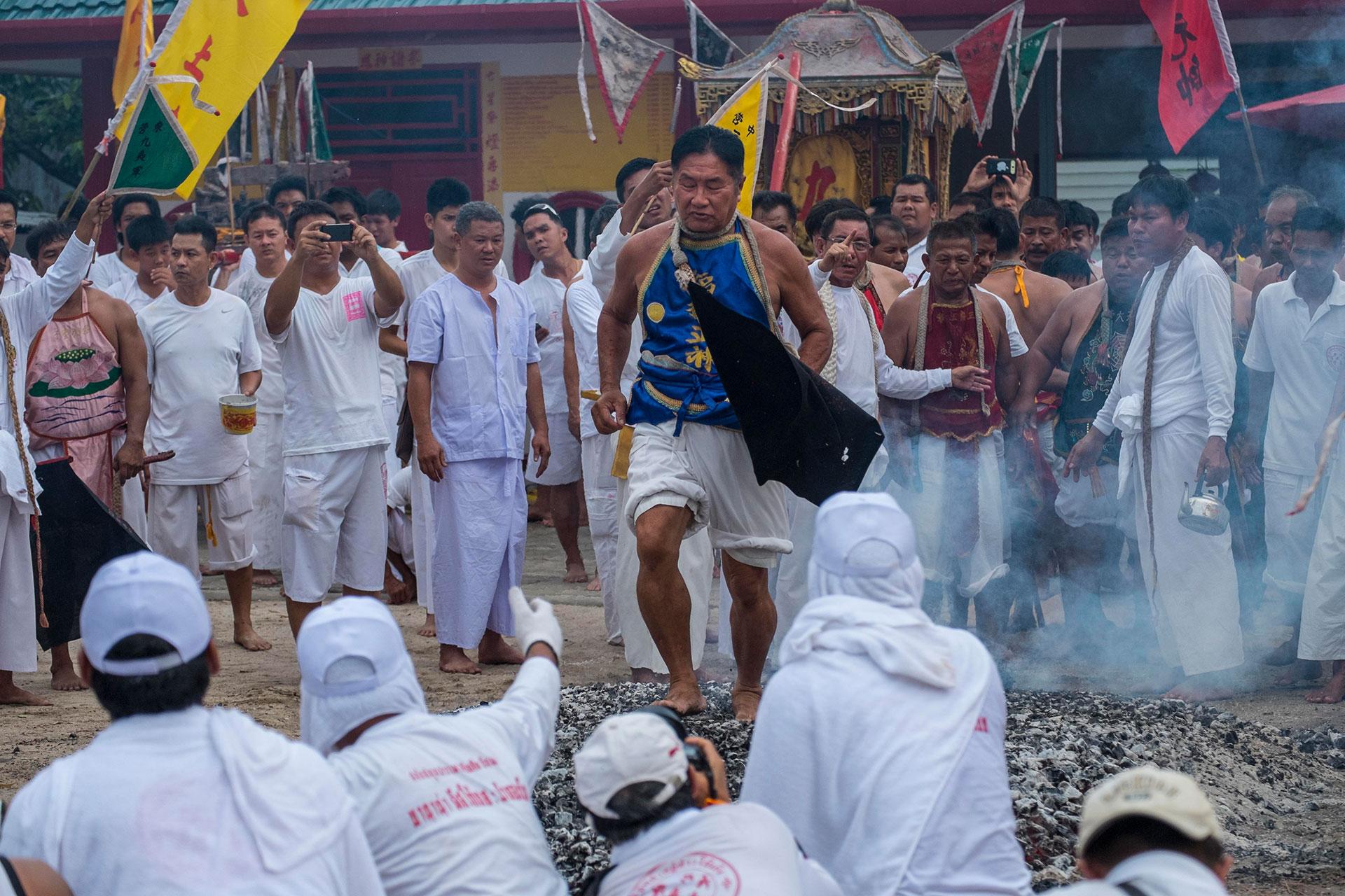 También caminan sobre brasas ardientes como sacrificio a los dioses (Getty)