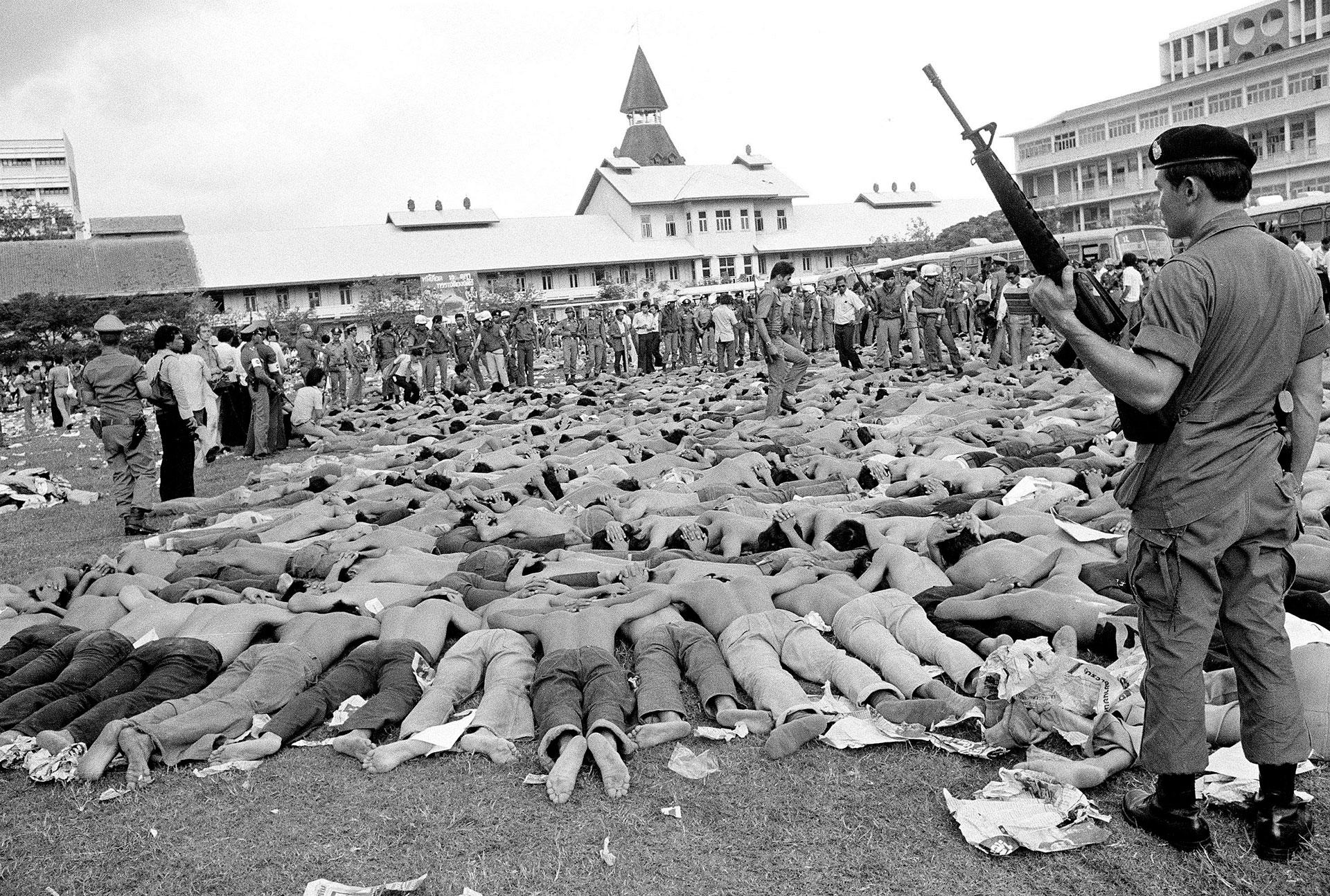 El ejército detiene a los estudiantes de la Universidad Thammasat durante la masacre | Fuente: Associated Press