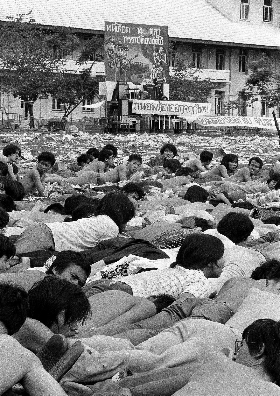 Cientos de estudiantes son puestos boca abajo en el campus universitario de Thammasat, en Bangkok, el 6 de octubre de 1976 (AP)