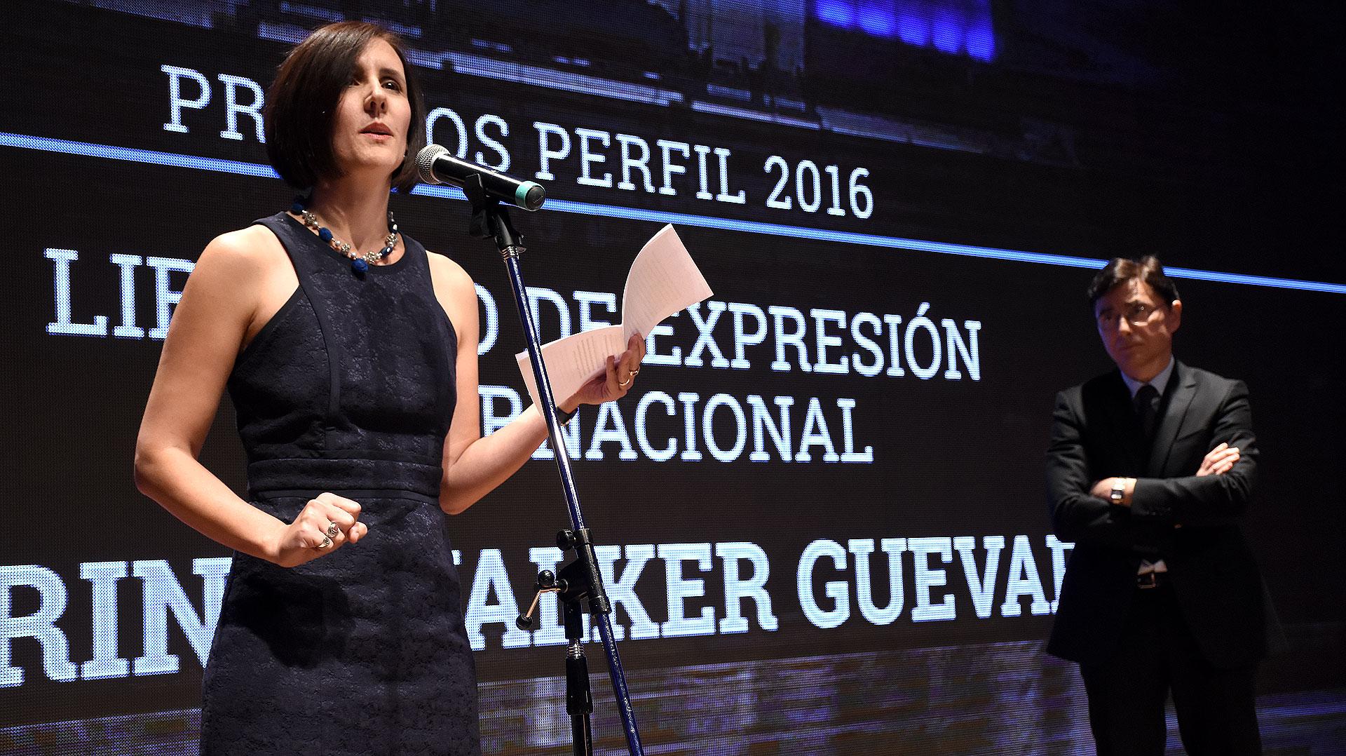 Marina Walker Guevara recibió el premio por los Panama Papers en su caracter de presidenta del Consorcio Internacional de Periodistas de Investigación