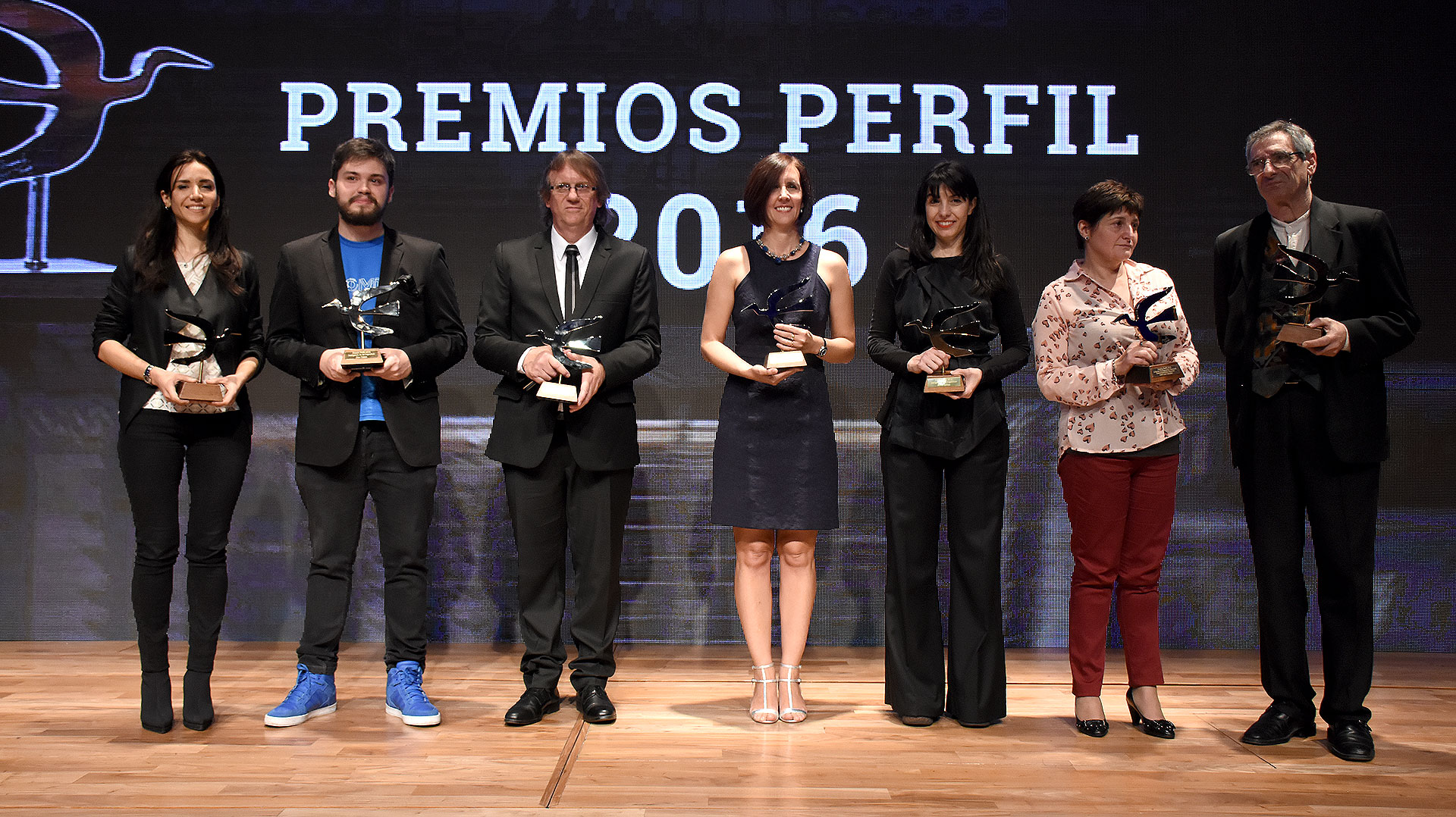 Los ganadores de los premios Perfil: Sabina Zaffora (Responsabilidad Social), Gino Tubaro (Bien Común), Daniel Enz (Libertad de expresión nacional), Marina Walker Guevara (Libertad de expresión internacional), Mercado Libre (Inteligencia digital), Gladys Cabezas (Premio especial) y Juan Falú (Humanidades).