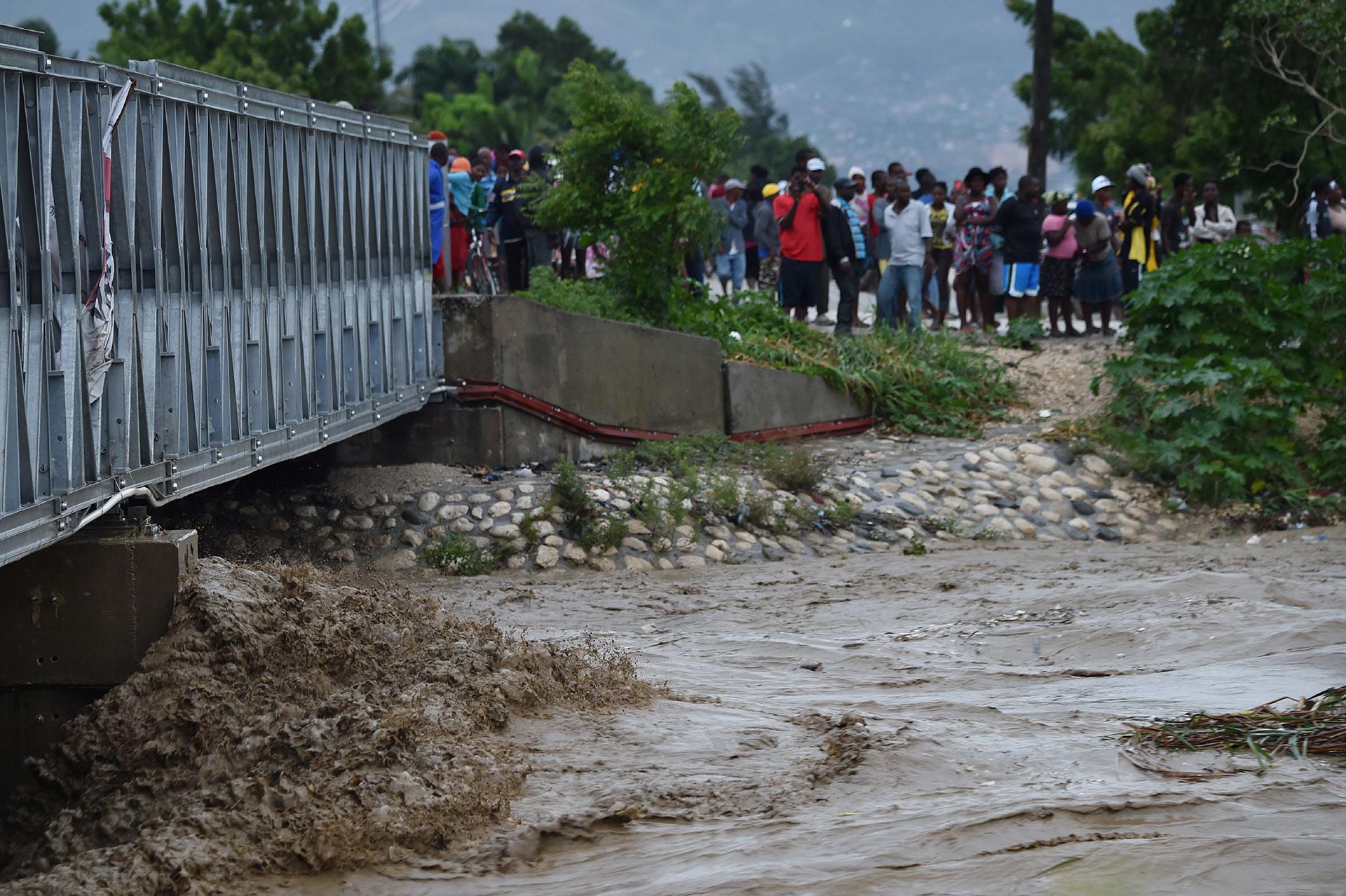 La gente mira sorprendida los destrozos a su alrededor (AFP)