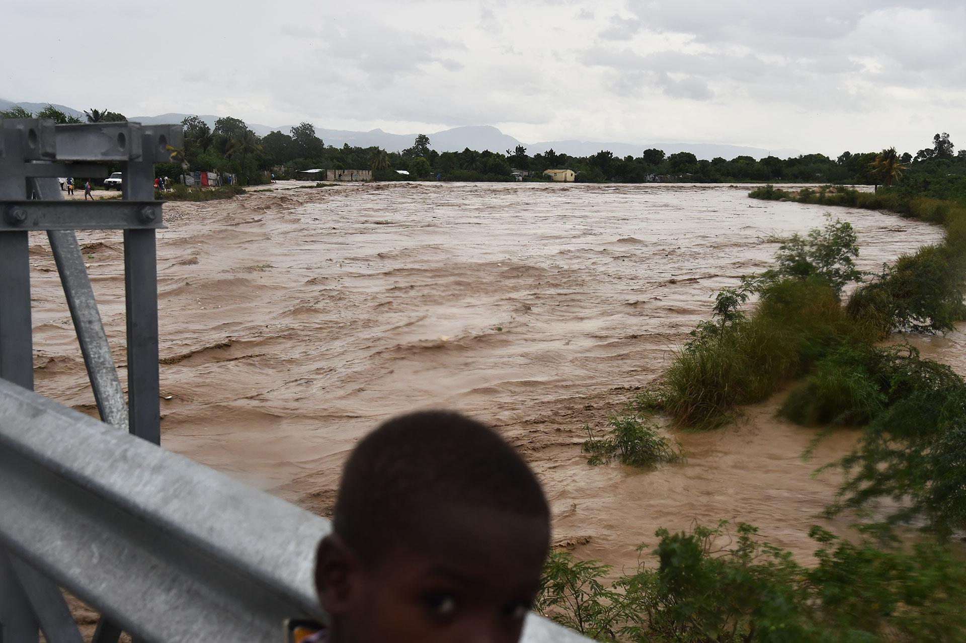 Las inundaciones y caída de árboles es una constante en distintos municipios de Haití (AFP)