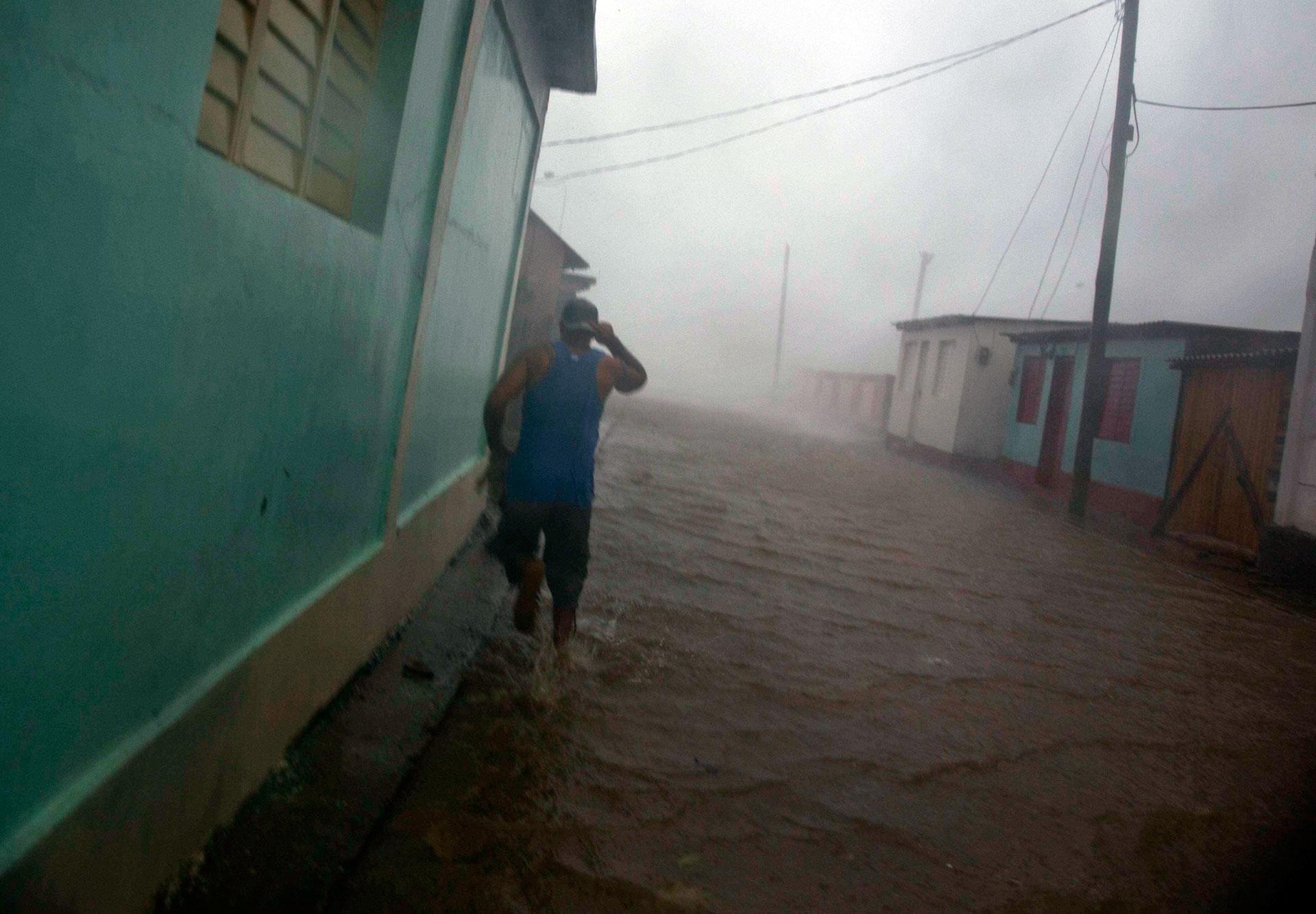 Matthew, el quinto huracán de la temporada ciclónica en el Atlántico, tiene como antecedente más cercano a Sandy, un destructivo huracán categoría 2 que en octubre de 2012 cruzó de sur a norte por Santiago y Holguín, donde ocasionó once muertos y pérdidas cuantificadas en unos 4.000 millones de dólares (AP)