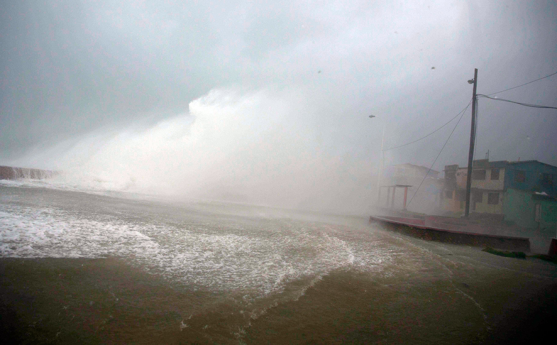 El tránsito de Matthew este 4 de octubre ha recordado al mortífero ciclón Flora, catalogado como la segunda mayor catástrofe registrada en Cuba (AP)