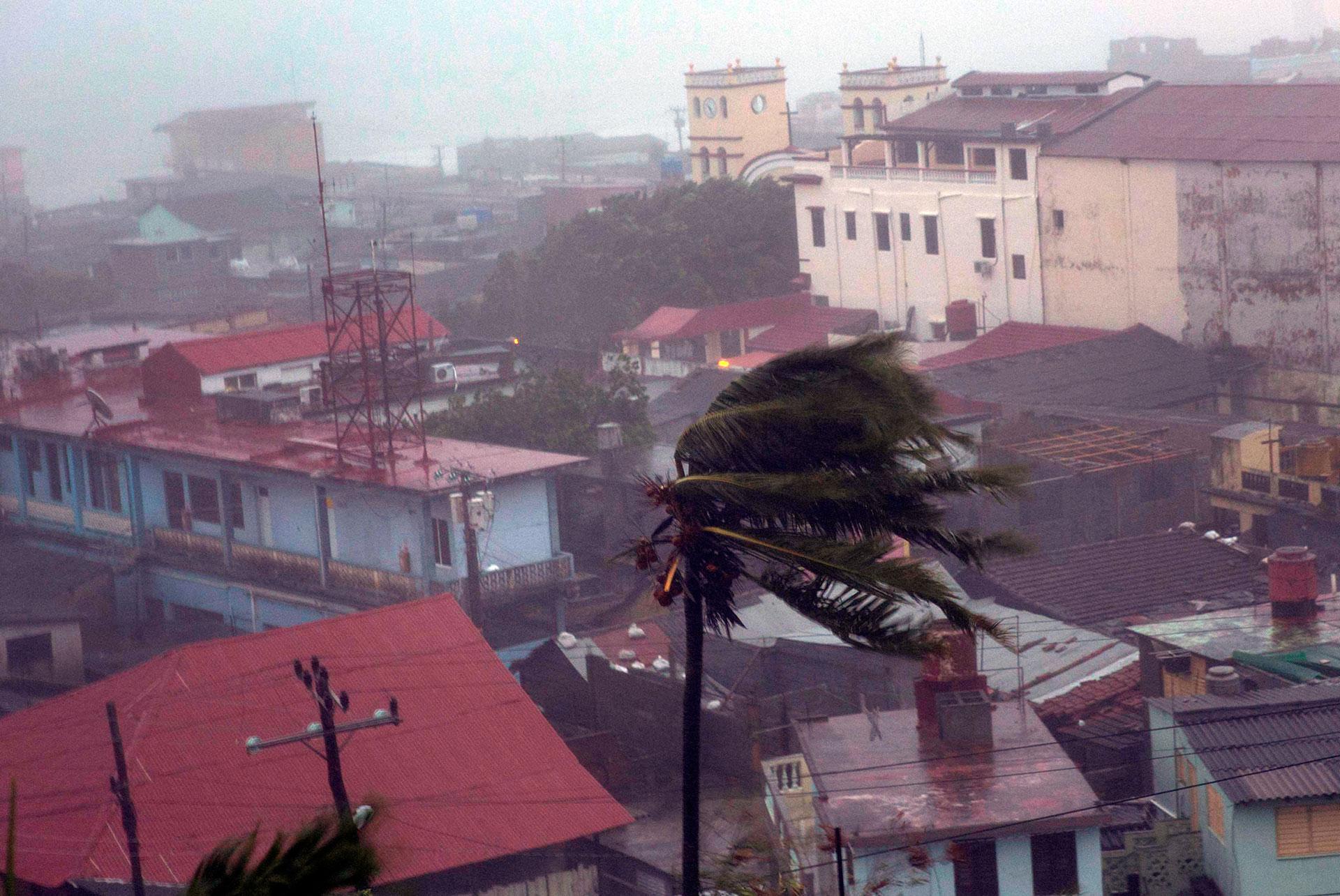 Matthew, la tormenta de mayor magnitud que ha llegado al Caribe en los últimos nueve años, dilató su recorrido sobre el territorio cubano mientras reajustaba su trayectoria, explicó el especialista José Rubiera (AP)