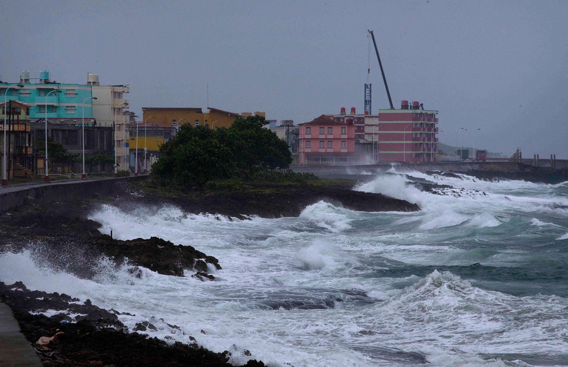 Testimonios de vecinos recogidos por medios cubanos indicaron que los vientos han levantado techos y han derrumbado paredes de viviendas, almacenes, instalaciones y algunos hoteles en esa localidad (AP)