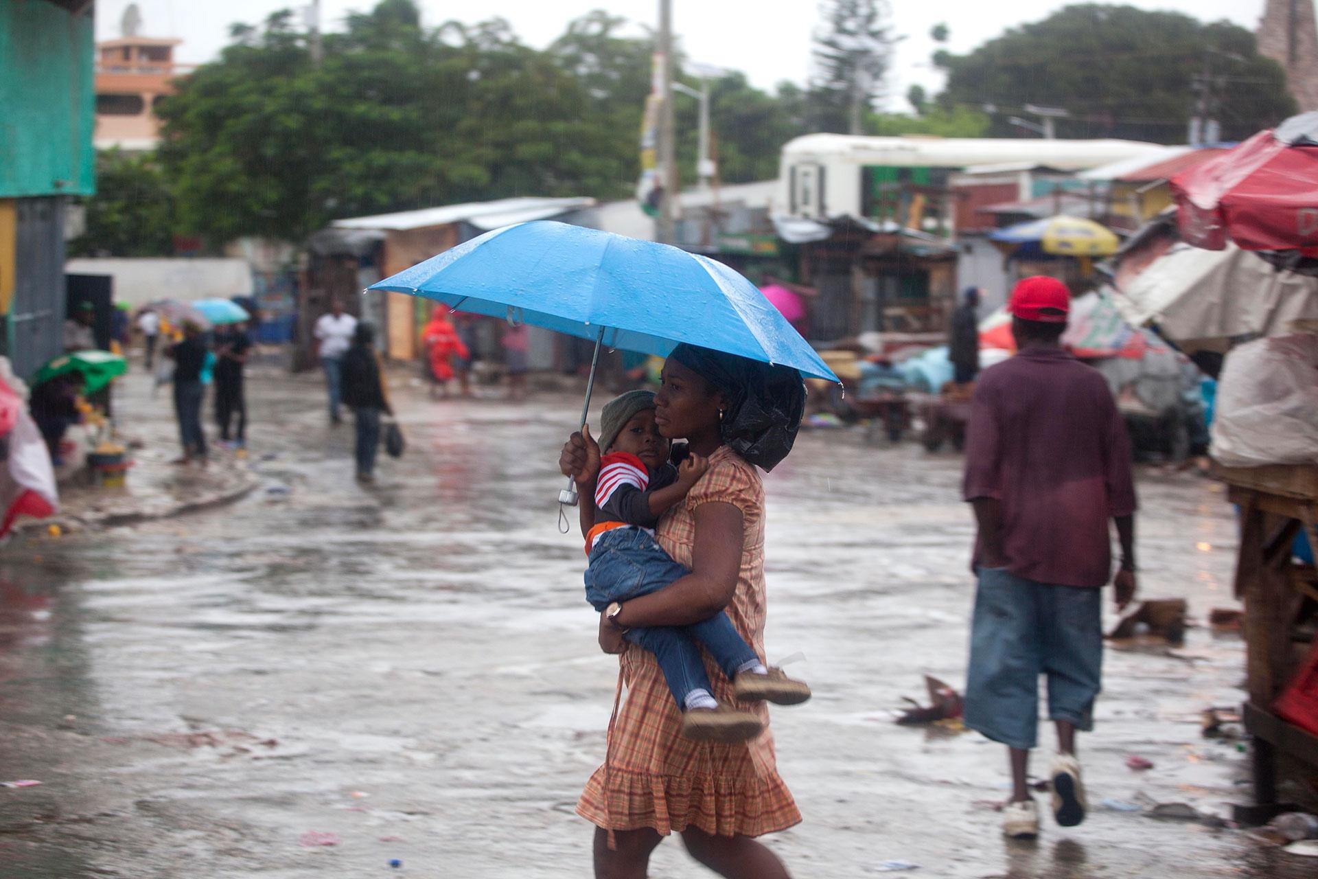 El poderoso huracán Matthew penetró en las últimas horas por el extremo suroriental de Cuba, donde ha golpeado severamente la provincia de Guantánamo con rachas de vientos de hasta 300 kilómetros por hora (AP)