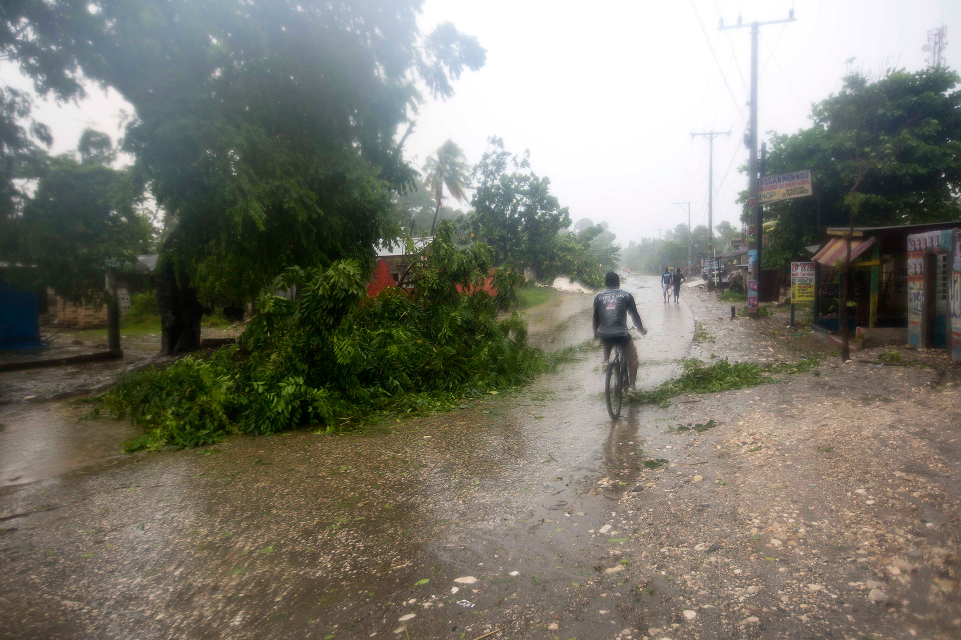 El Centro Nacional de Huracanes de Estados Unidos en Miami dijo que los vientos de Matthew amainaron ligeramente durante la noche, lo que hizo que pasara de categoría 4 a una potente tormenta de categoría 3 (AP)