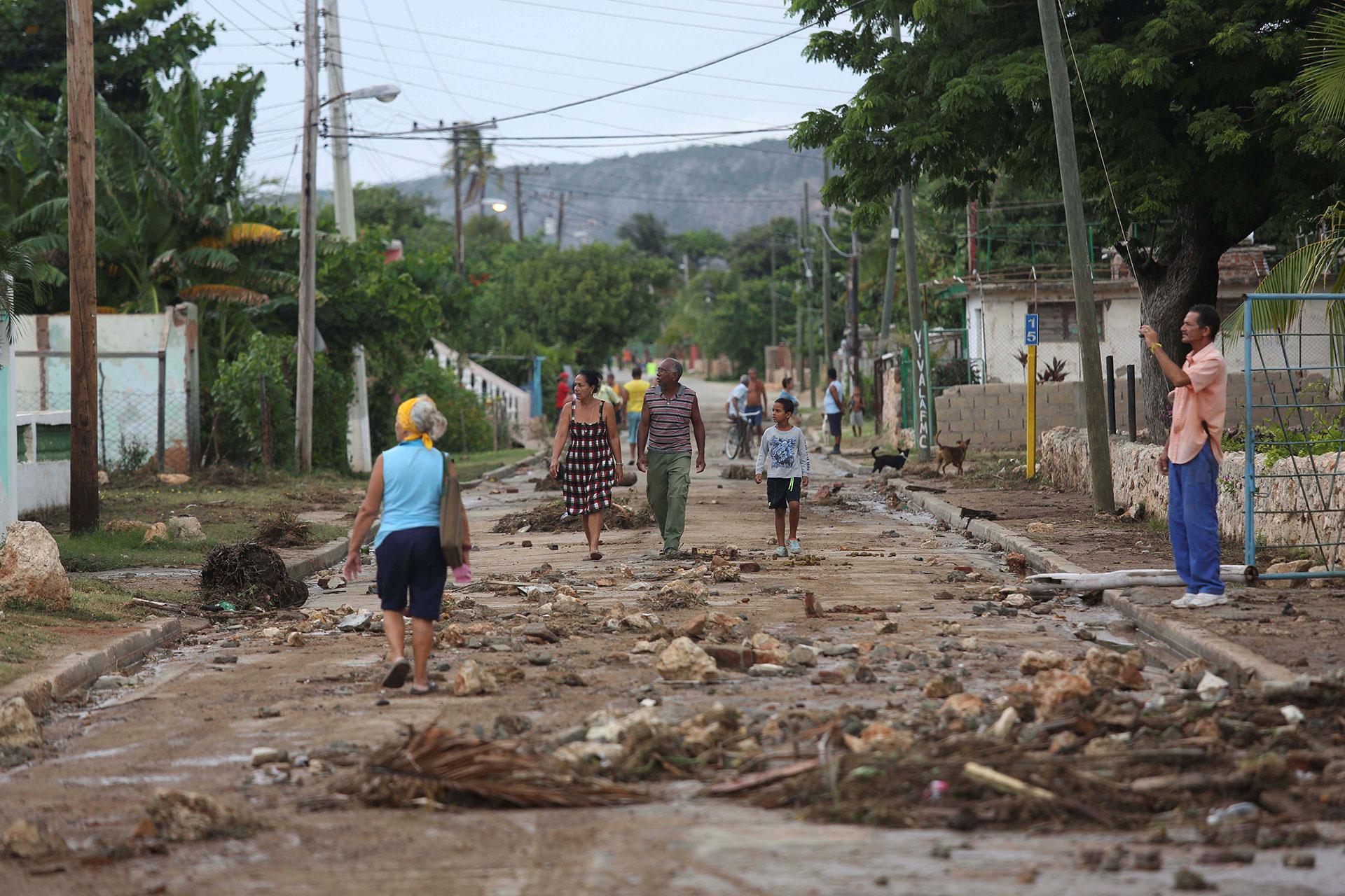 El huracán Matthew se abrió paso hacia el sur de Bahamas con sus potentes vientos en la madrugada del miércoles tras dejar atrás un rastro de daños y sufrimiento humano en la península suroccidental de Haití (Reuters)