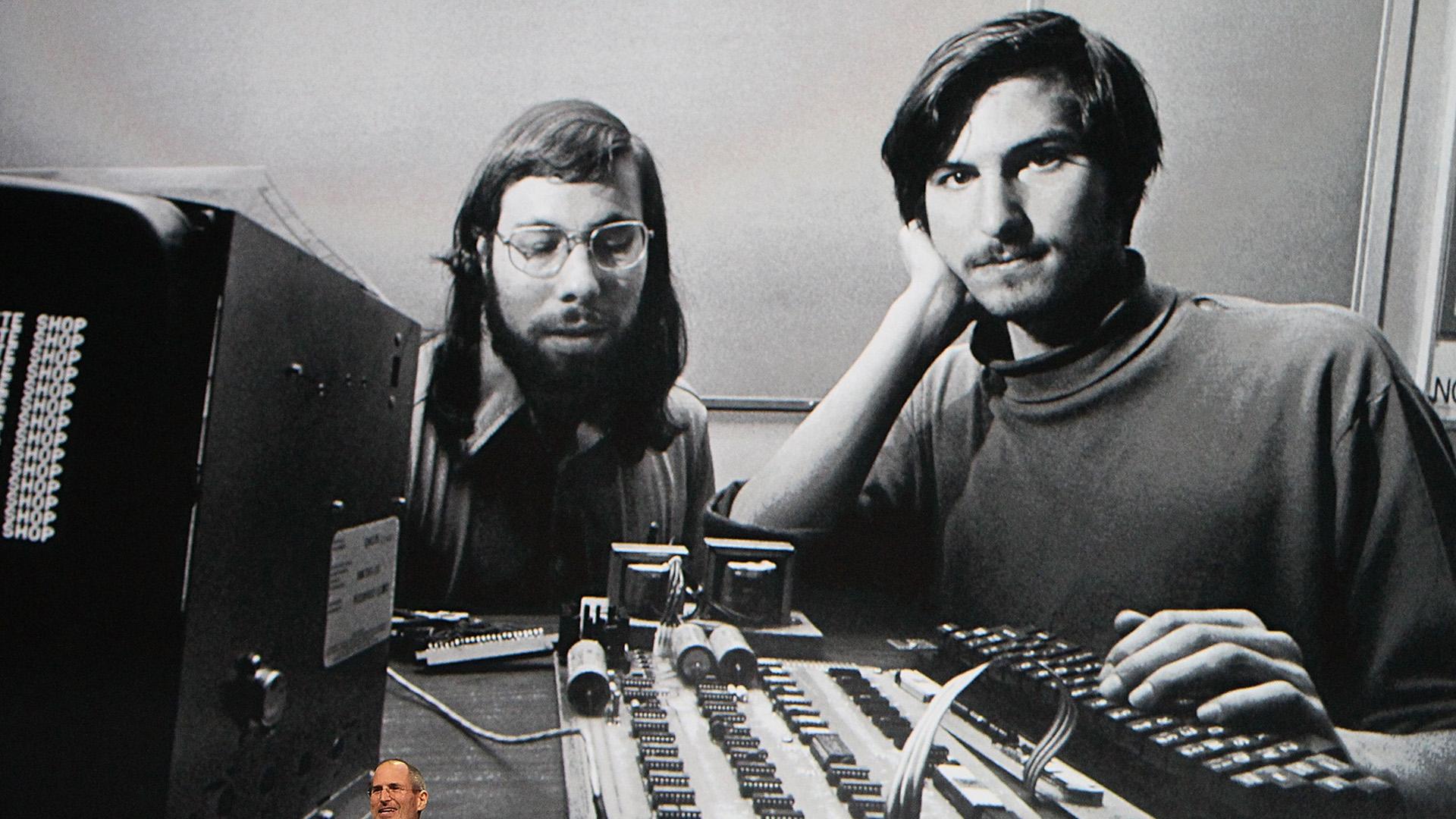 Steve Jobs junto a Steve Wozniak durante los comienzos de la empresa (Foto de Justin Sullivan/Getty Images)