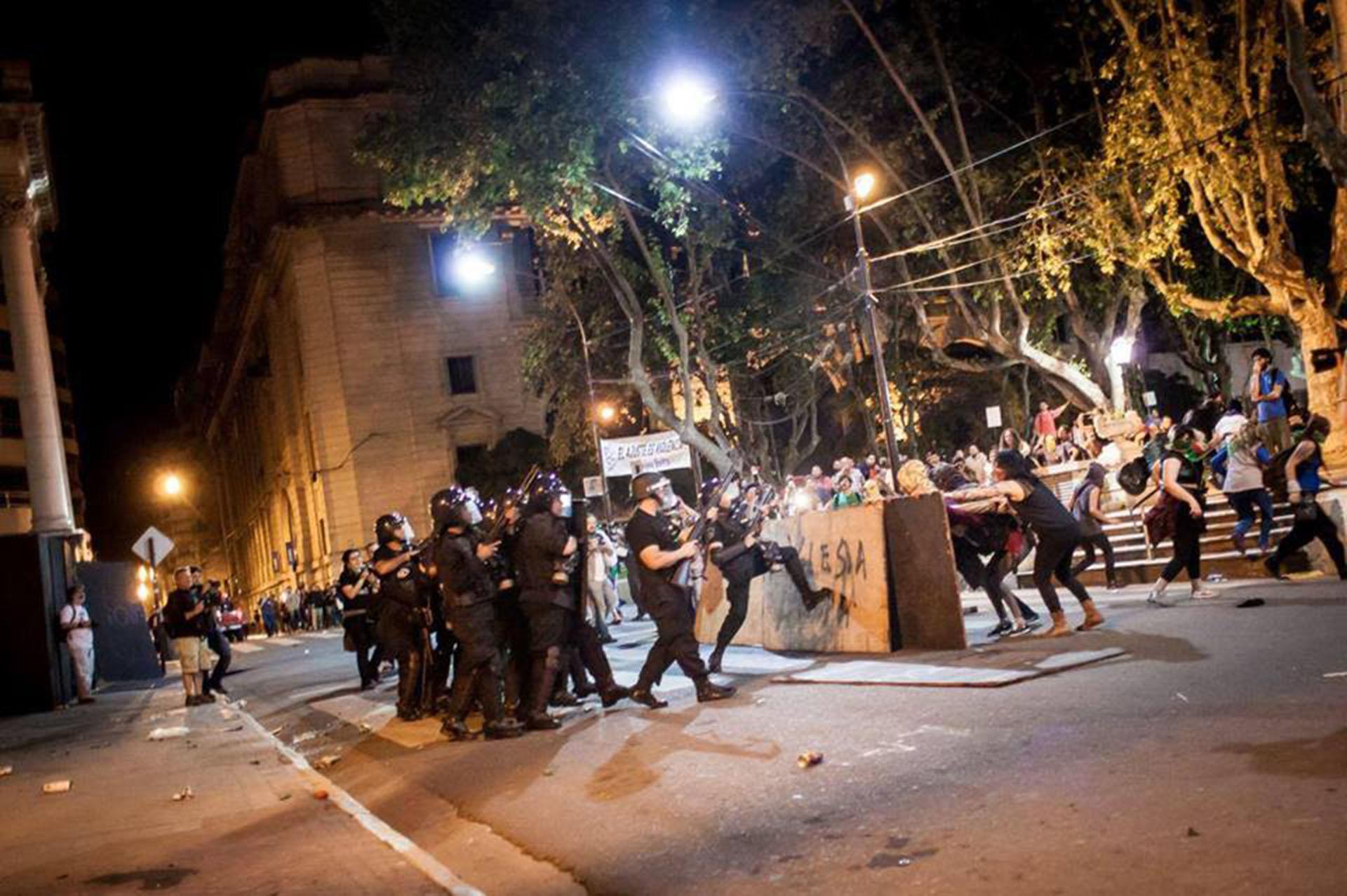 Un grupo arrojó piedras contra la Catedral