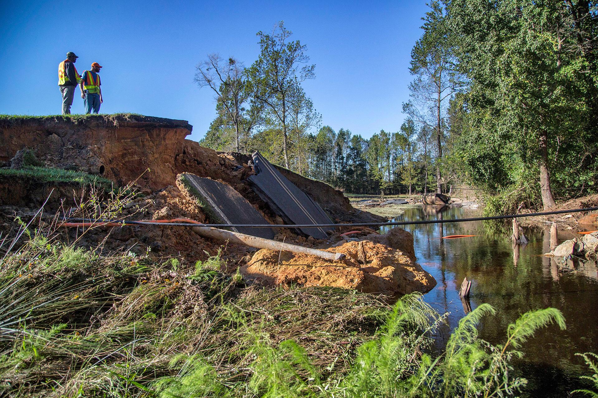 Las inundaciones provocaron el derrumbe de carreteras y puentes sobre los rios