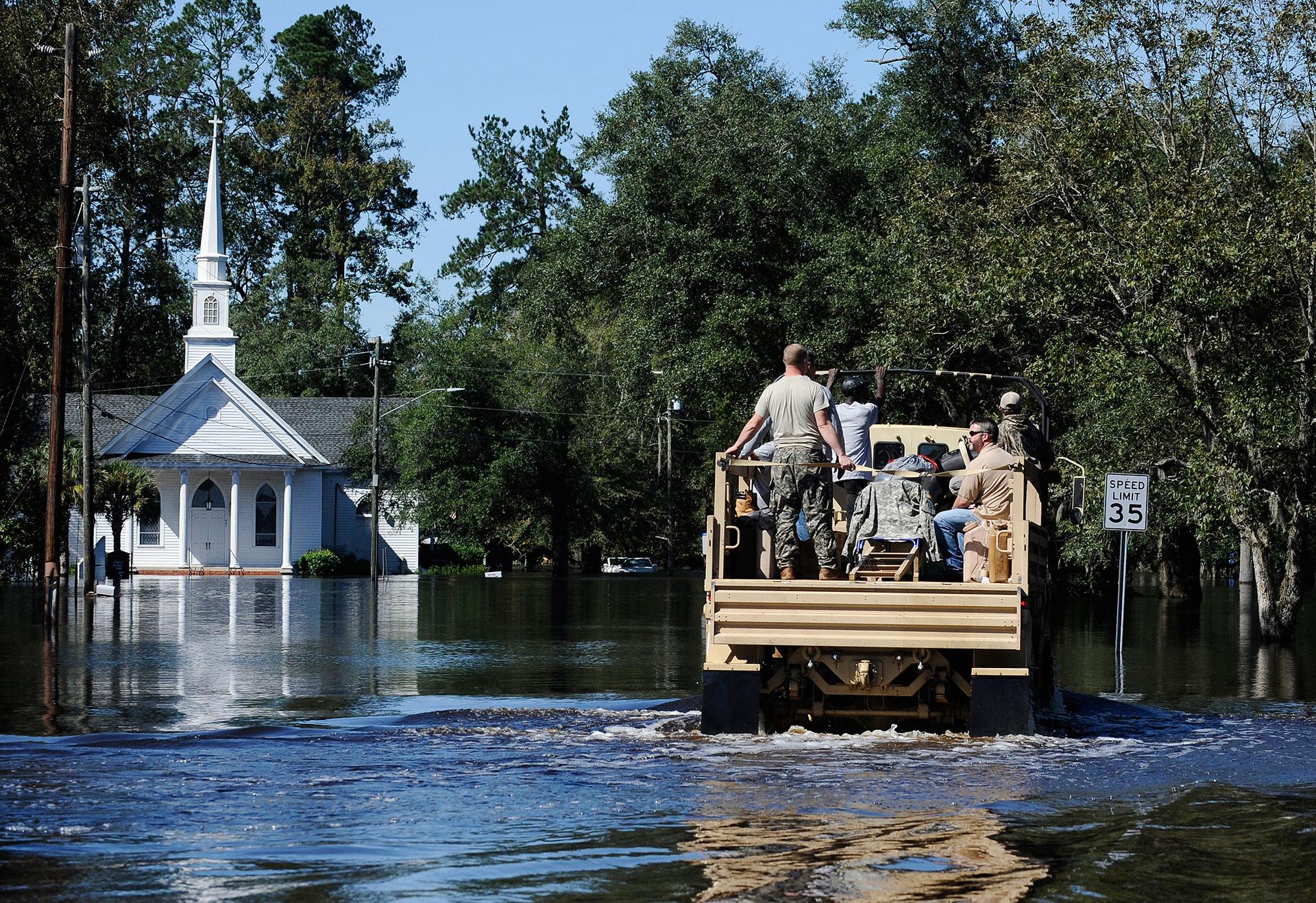 Personal militar presta ayuda a las zonas afectadas por las inundaciones