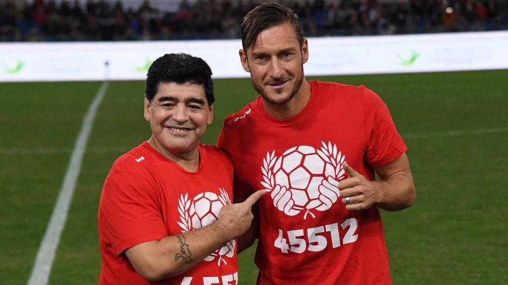 Diego Armando, junto a Francesco Totti, en un partido benéfico disputado este mes en Roma