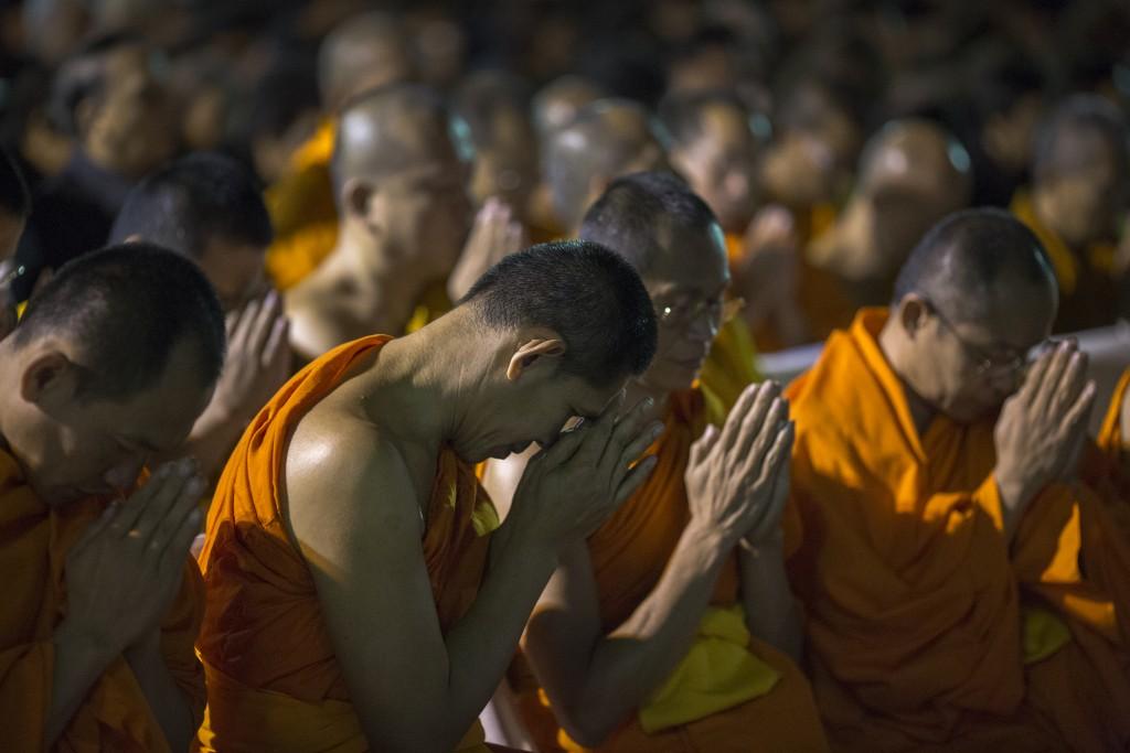 Monjes budistas rezan por el rey de Thailandia (AFP)