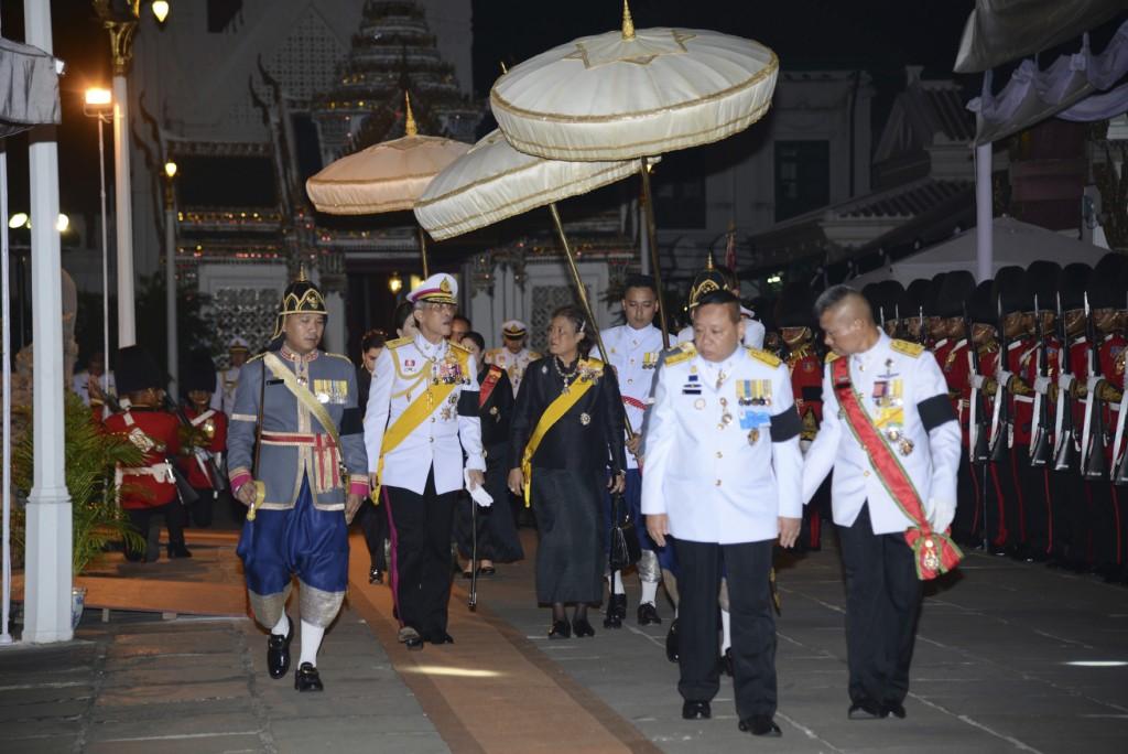 El príncipe heredero Vajiralongkorn y la princesa Sirindhorn llegan al Gran Palacio (Oficina de la Casa Real via AP)