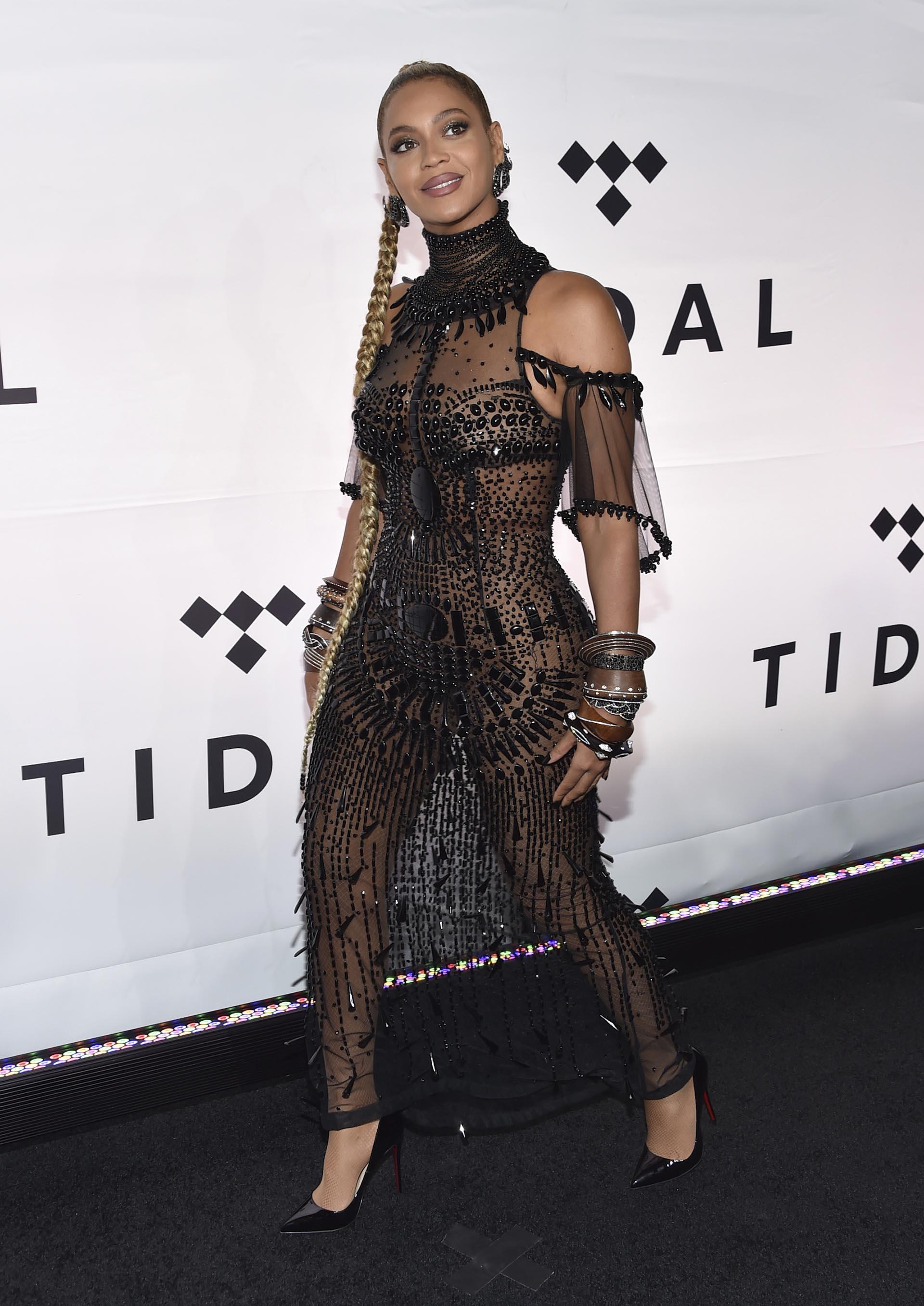 Beyonce Knowles lució su figura con un vestido negro totalmente transparente, bordado con delicadas piedras e incrustaciones