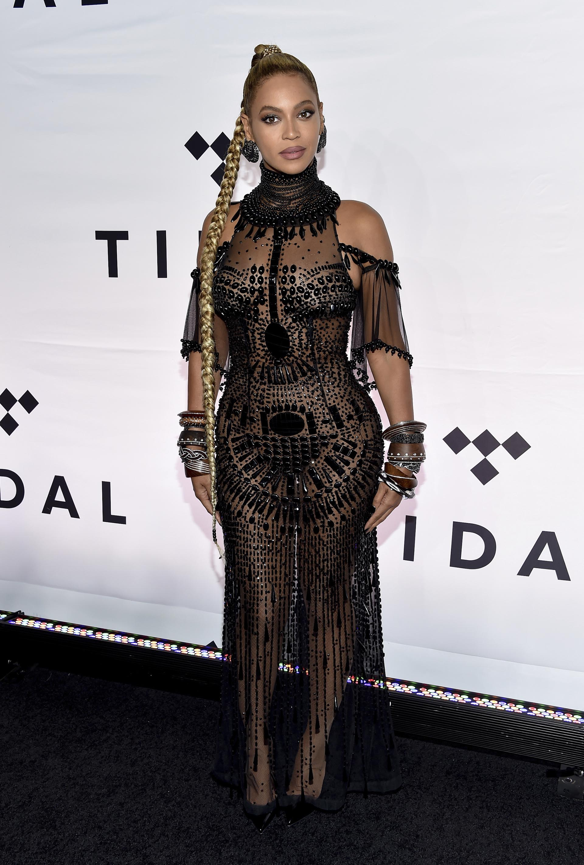 Beyonce Knowles sorprendió con su osado look y una larga trenza rubia a su llegada al Barclays Center